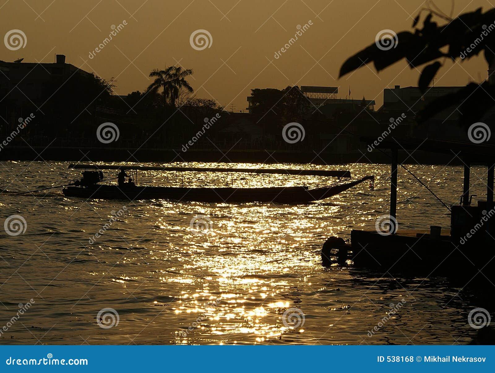 Barco no rio de Chao Praya
