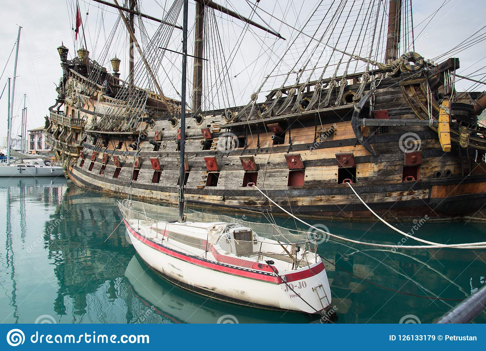 Barco pirata de IL Galeone Neptuno en Genoa Porto Antico (puerto viejo