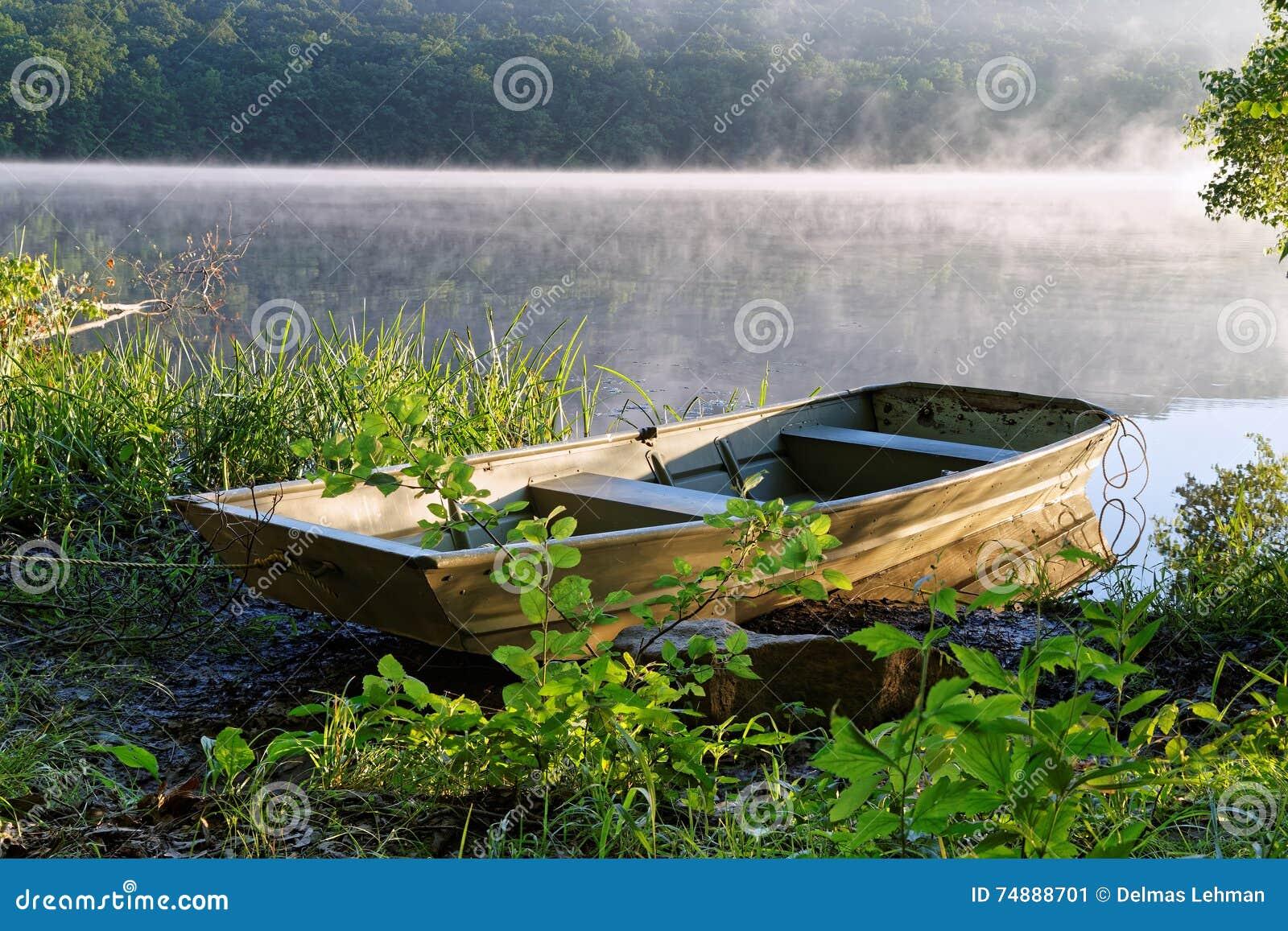 Barco a remos com névoa