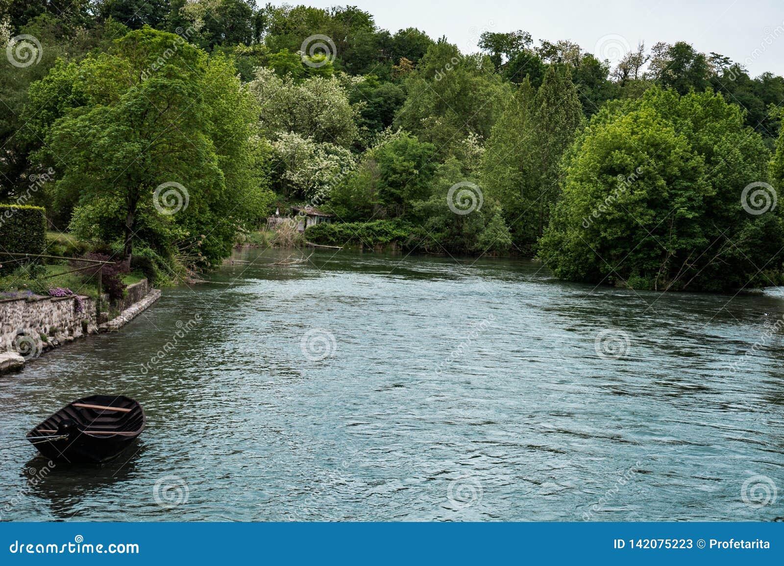 Barco só no rio azul