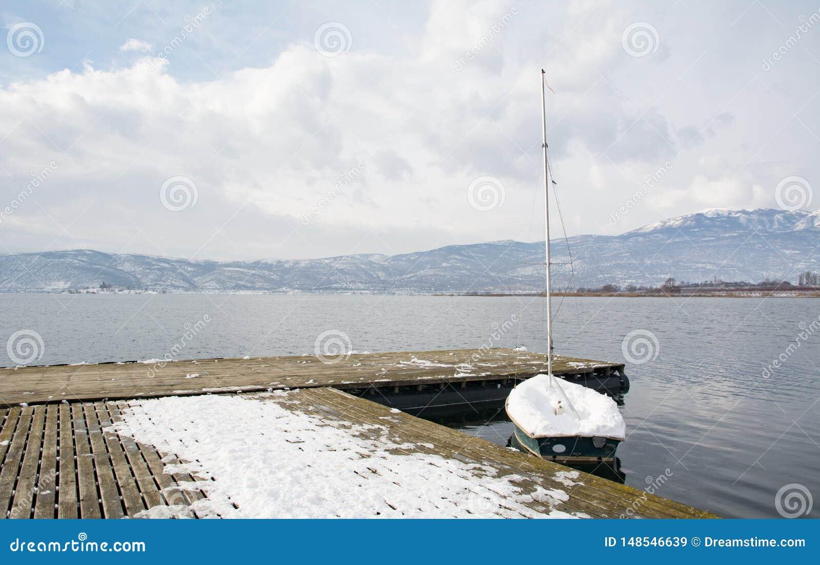 Barco sob a neve no lago Vegoritis, Gr?cia