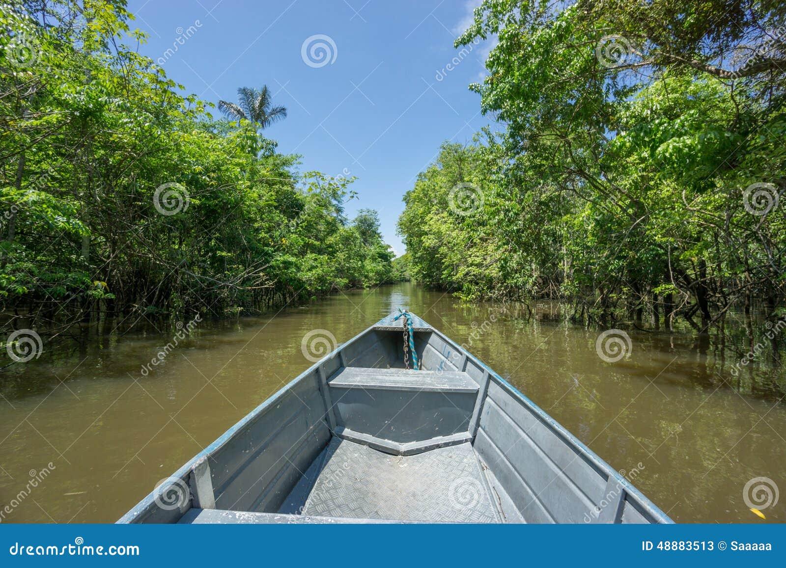 Barco sobre o canal em Rio Negro, o Rio Amazonas, Brasil