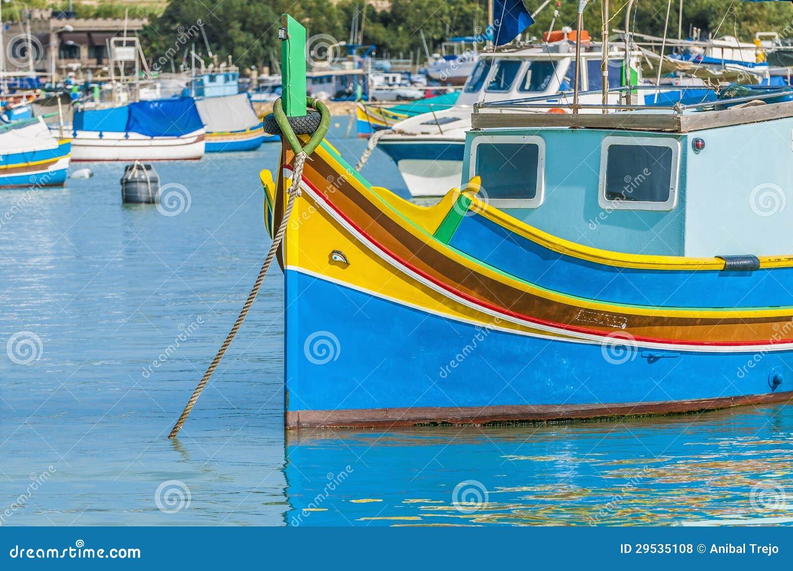 Barco tradicional de Luzzu no porto de Marsaxlokk em Malta.