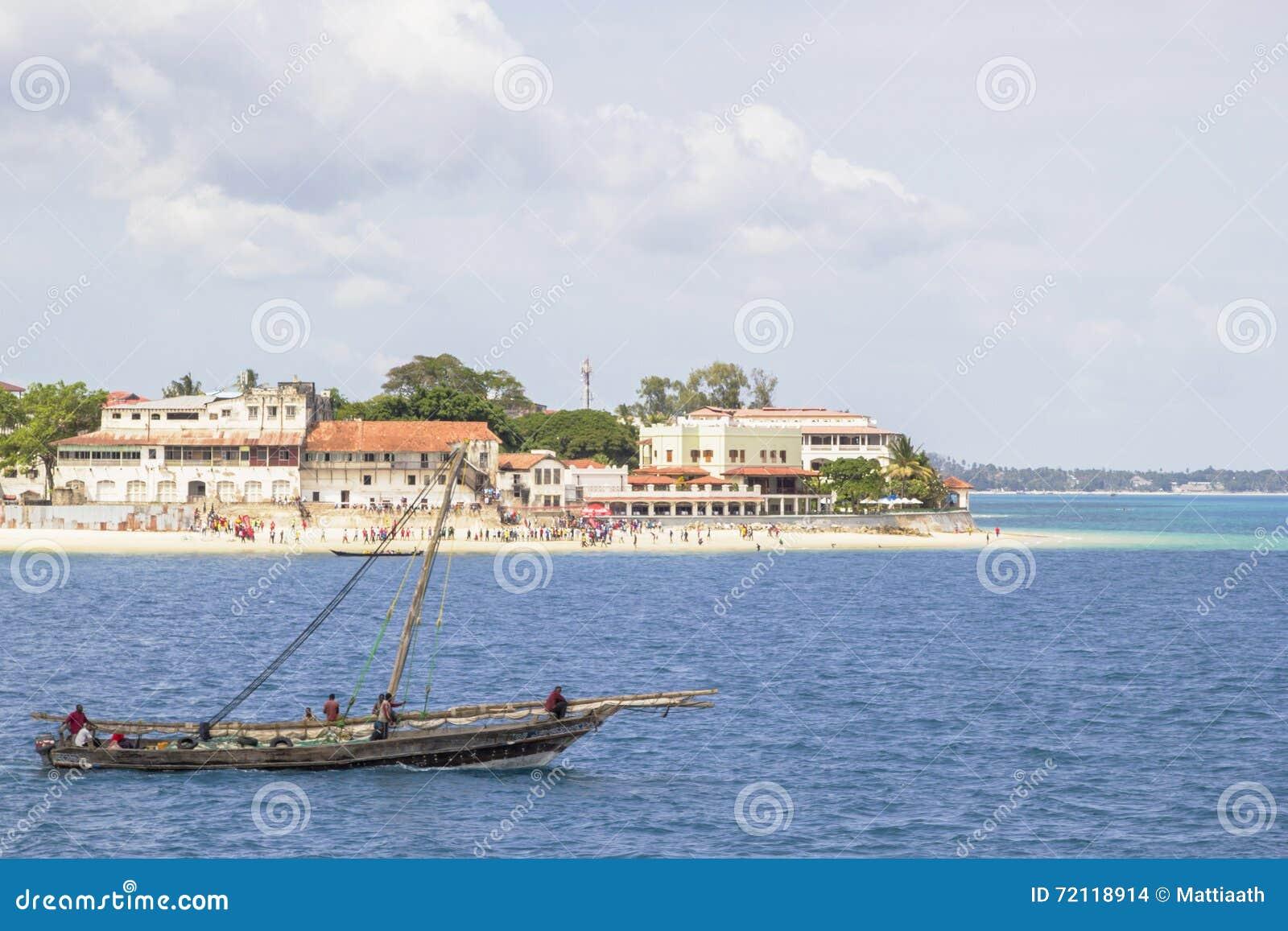 Barco tradicional do dhow que viaja ao longo da costa de Zanzibar