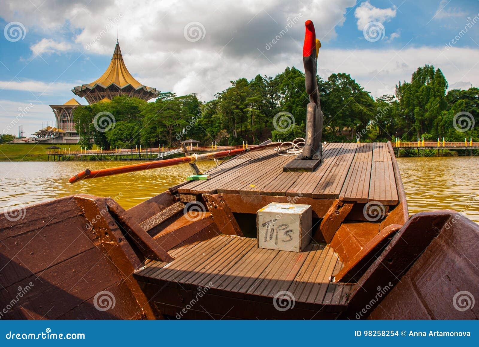 Barco tradicional en el río de Sarawak de la costa en la ciudad de Kuching sarawak borneo malasia
