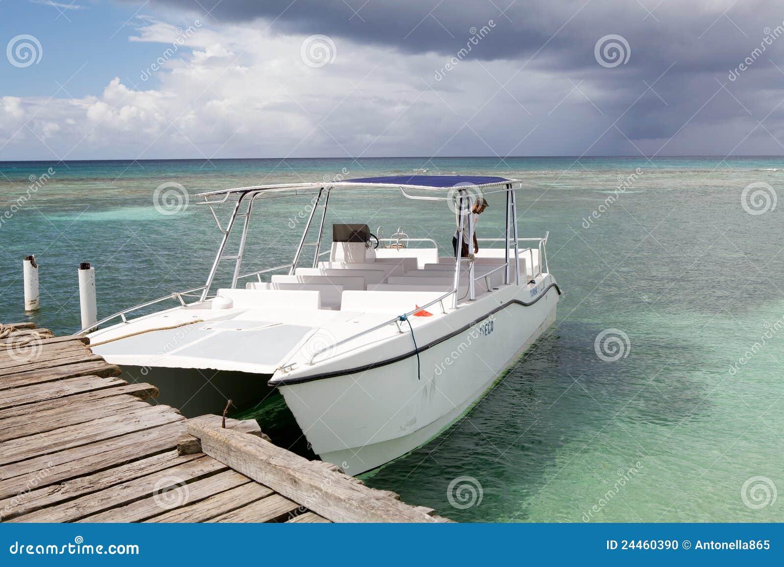 Barco turístico de la velocidad