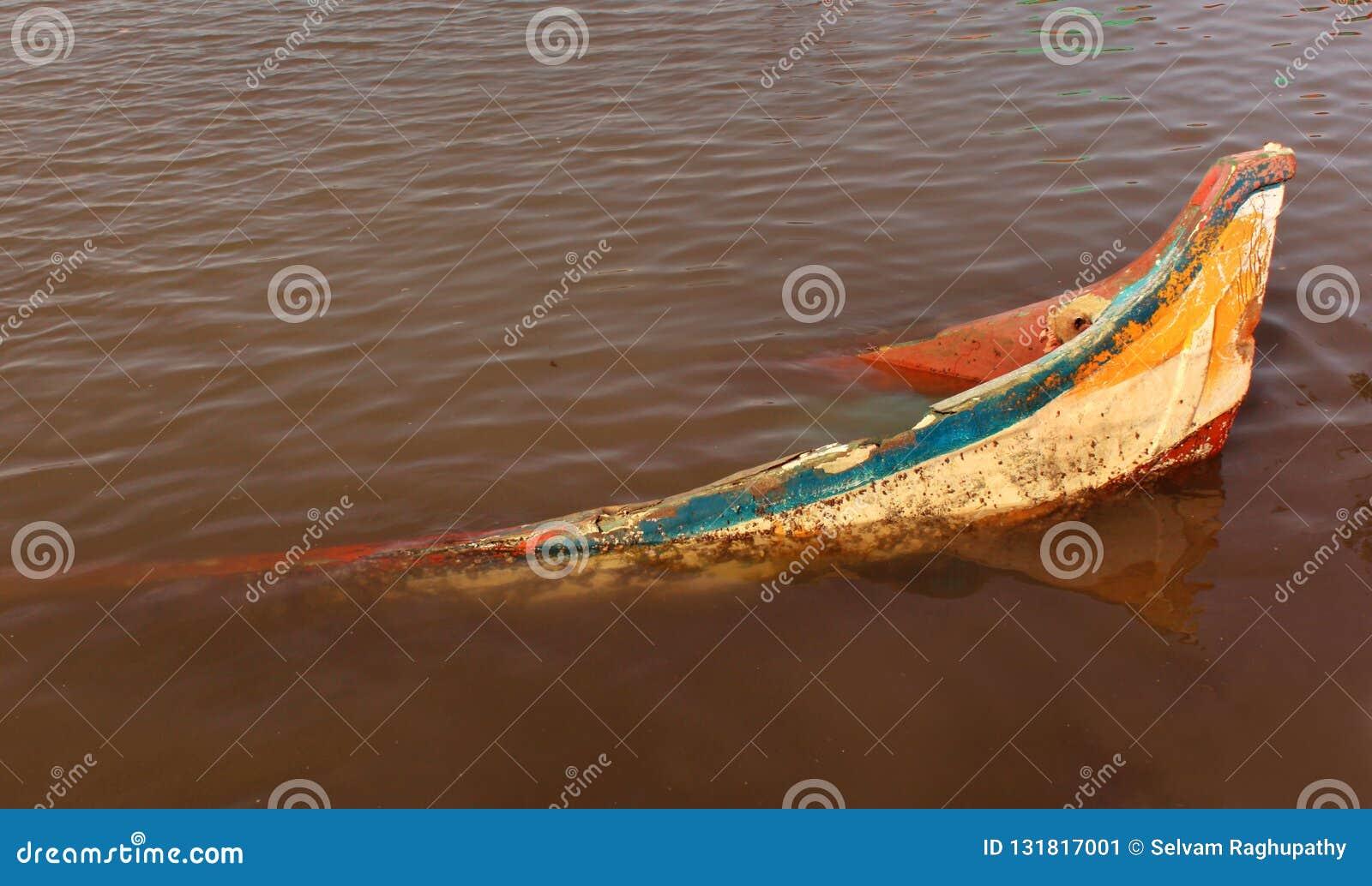 Barco velho abandonado na água do rio