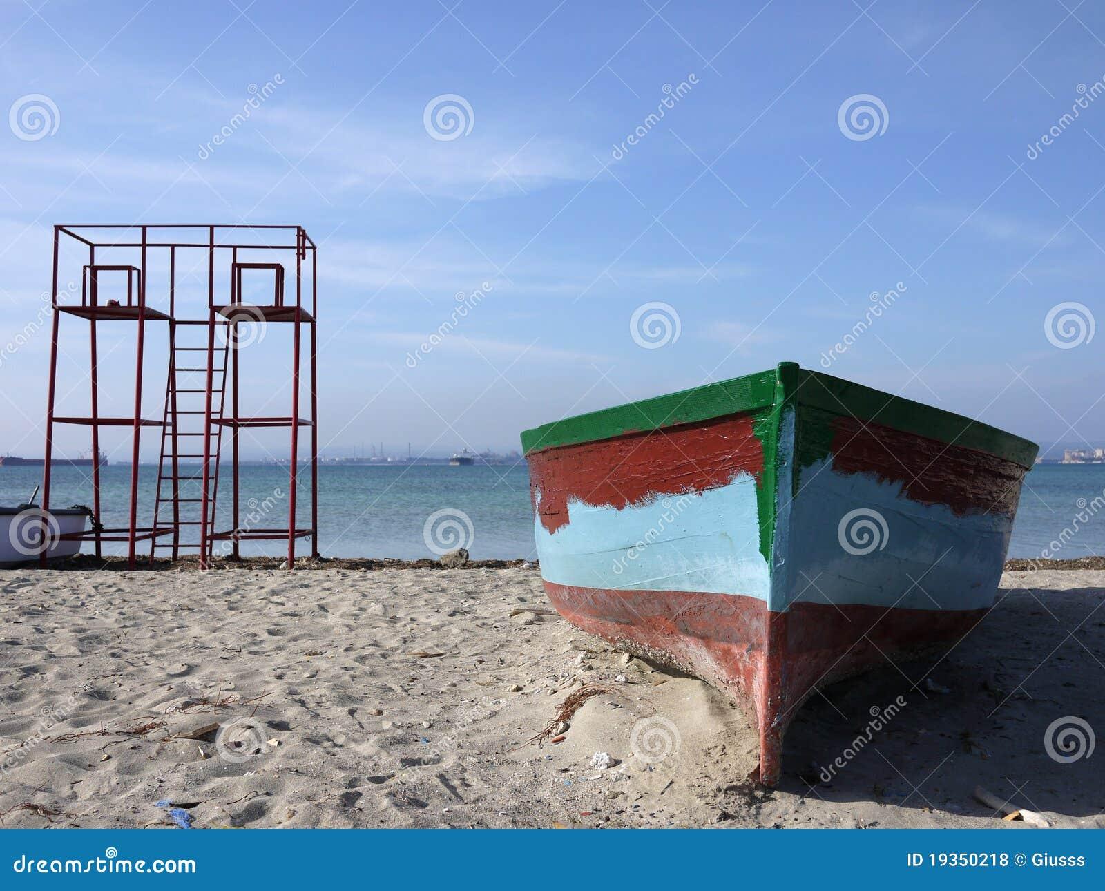 Barco velho do pescador e torre de observação