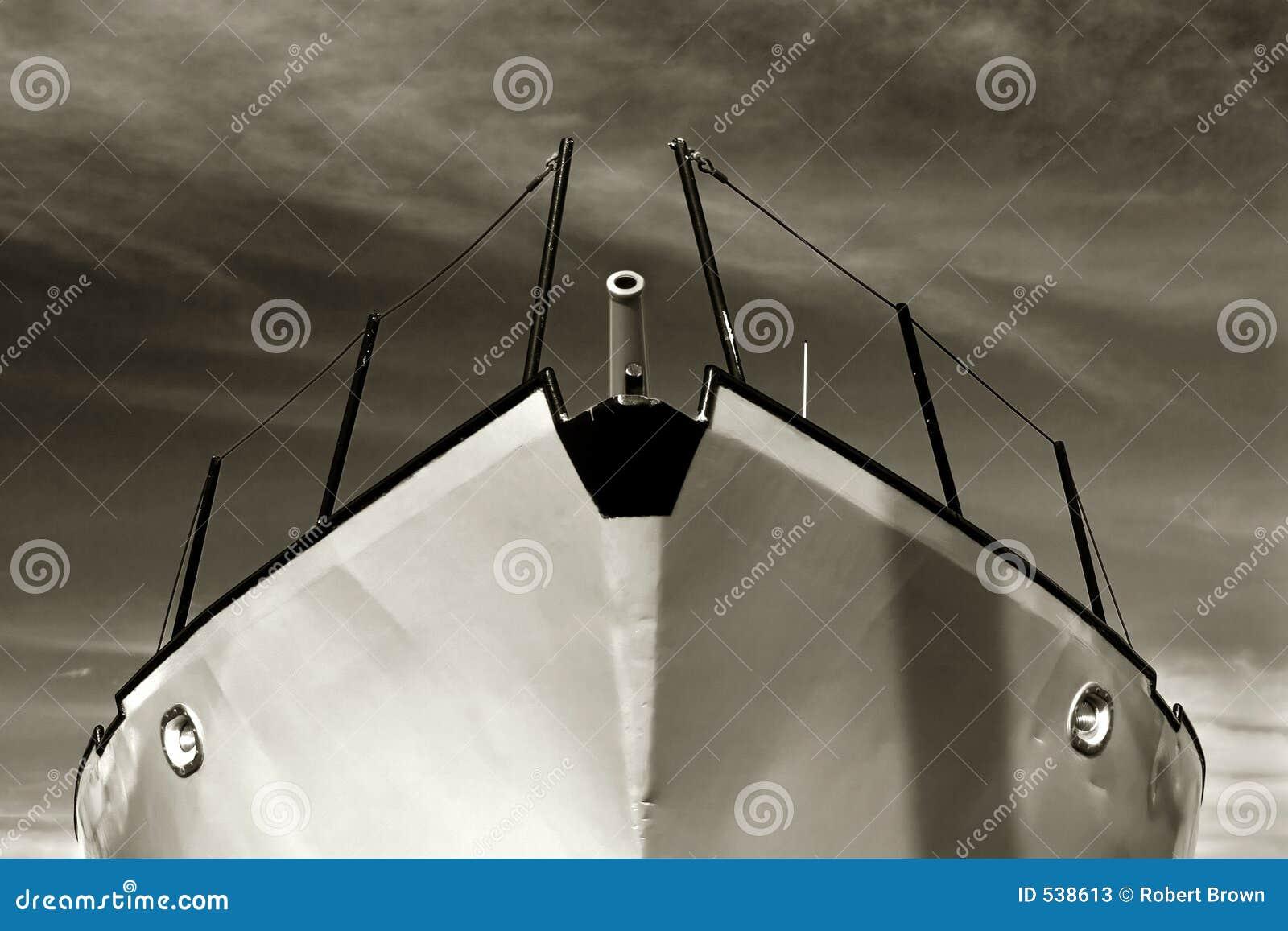 Barco vermelho, céu azul