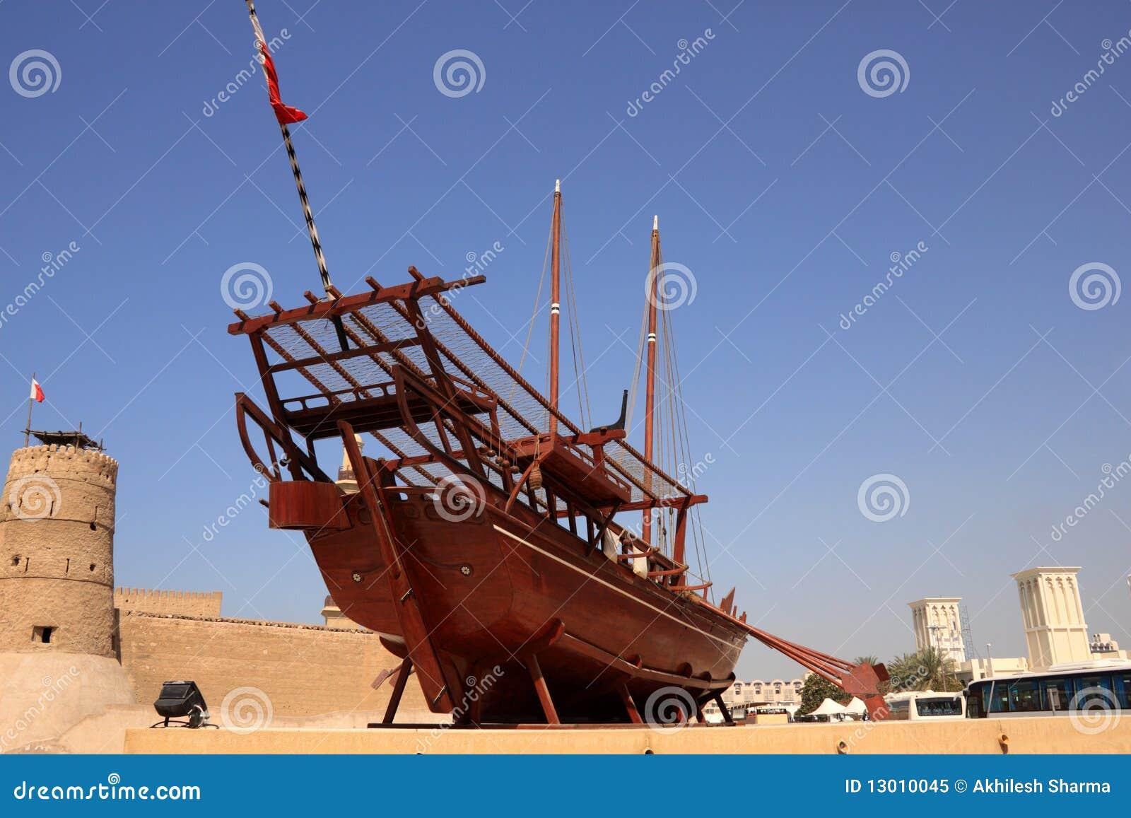 Barco viejo en el museo exterior de dubai de la visualización