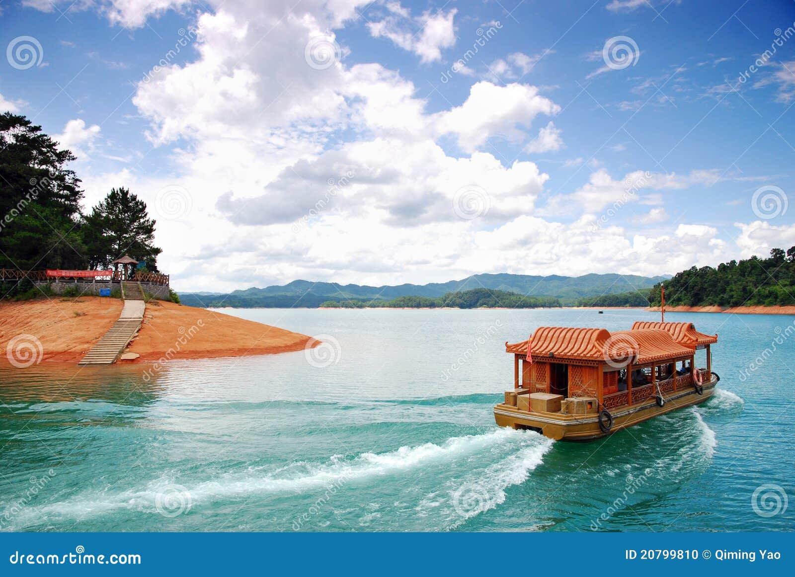Barco y cielo azul