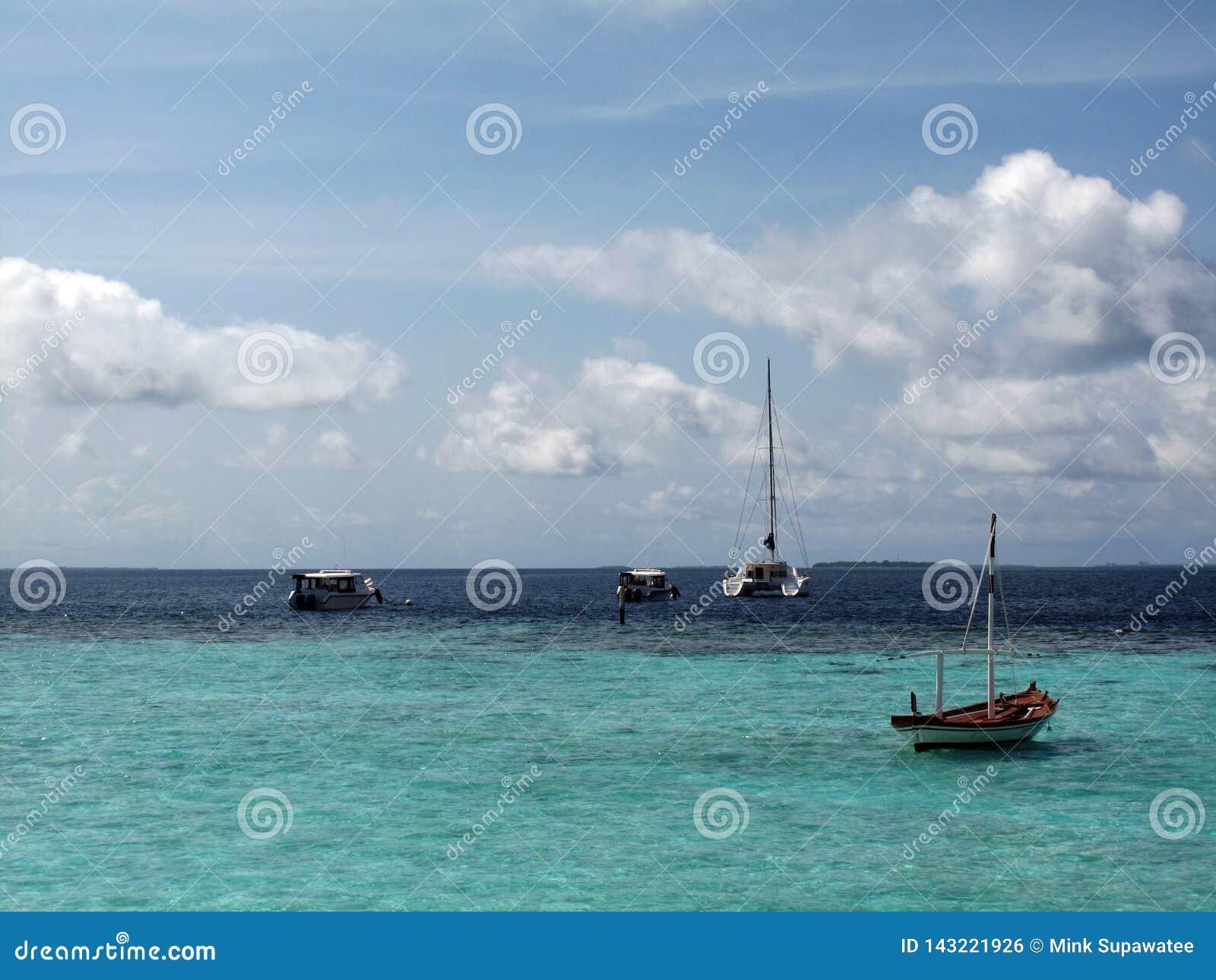 Barco y yate en el mar