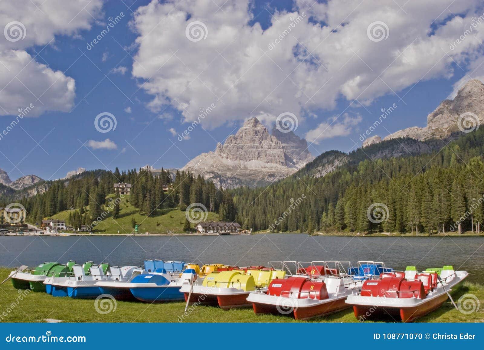 Barcos coloridos do pedal no lago Misurina