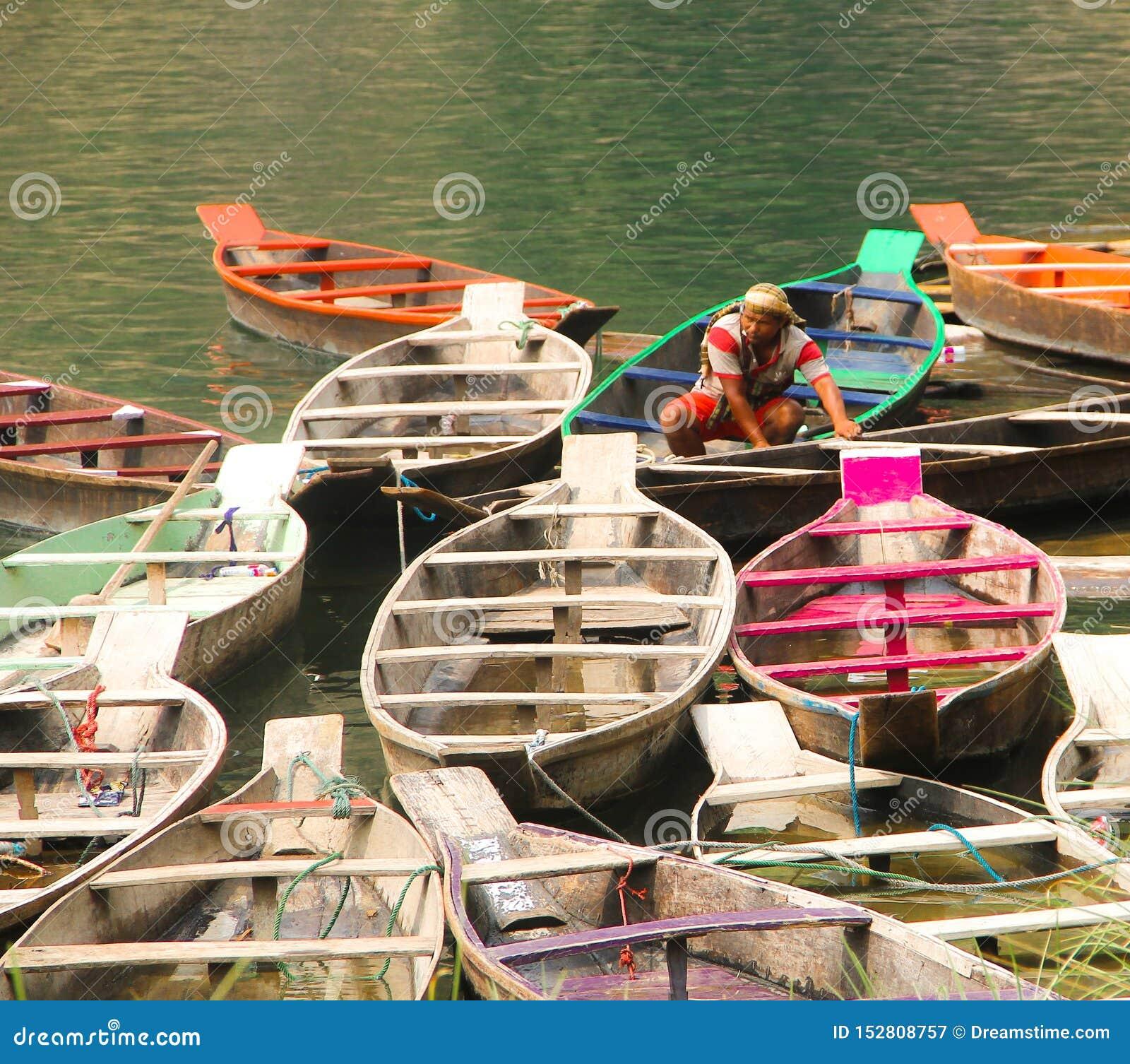 Barcos coloridos no mar