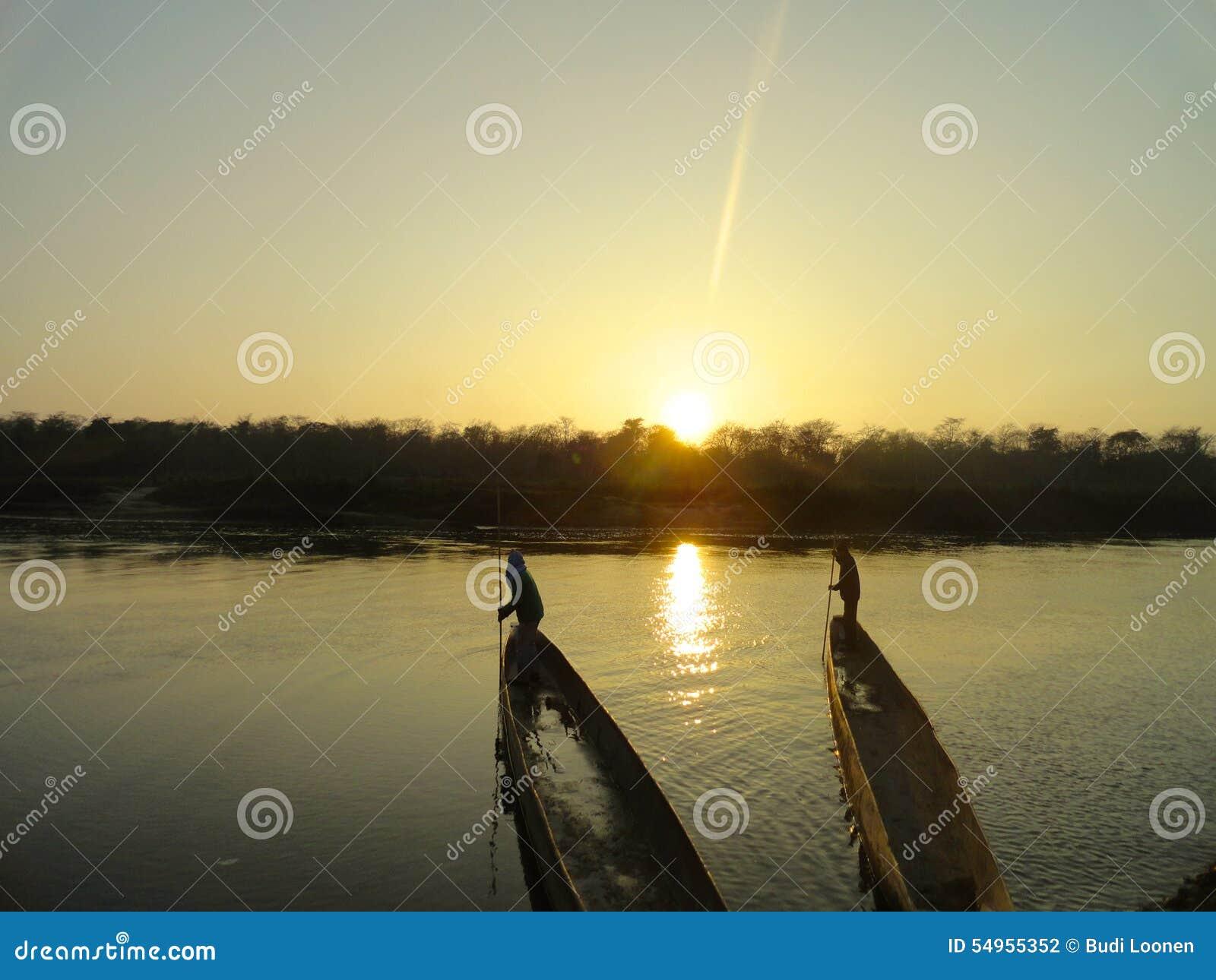 Barcos com o parque nacional Nepal de Chitwan do por do sol