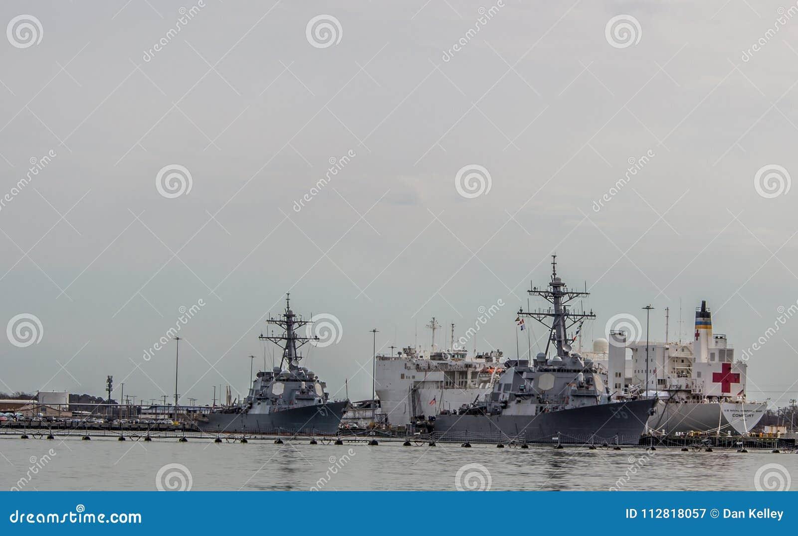 Barcos da Armada que incluem um navio de hospital em Norfolk Virgínia
