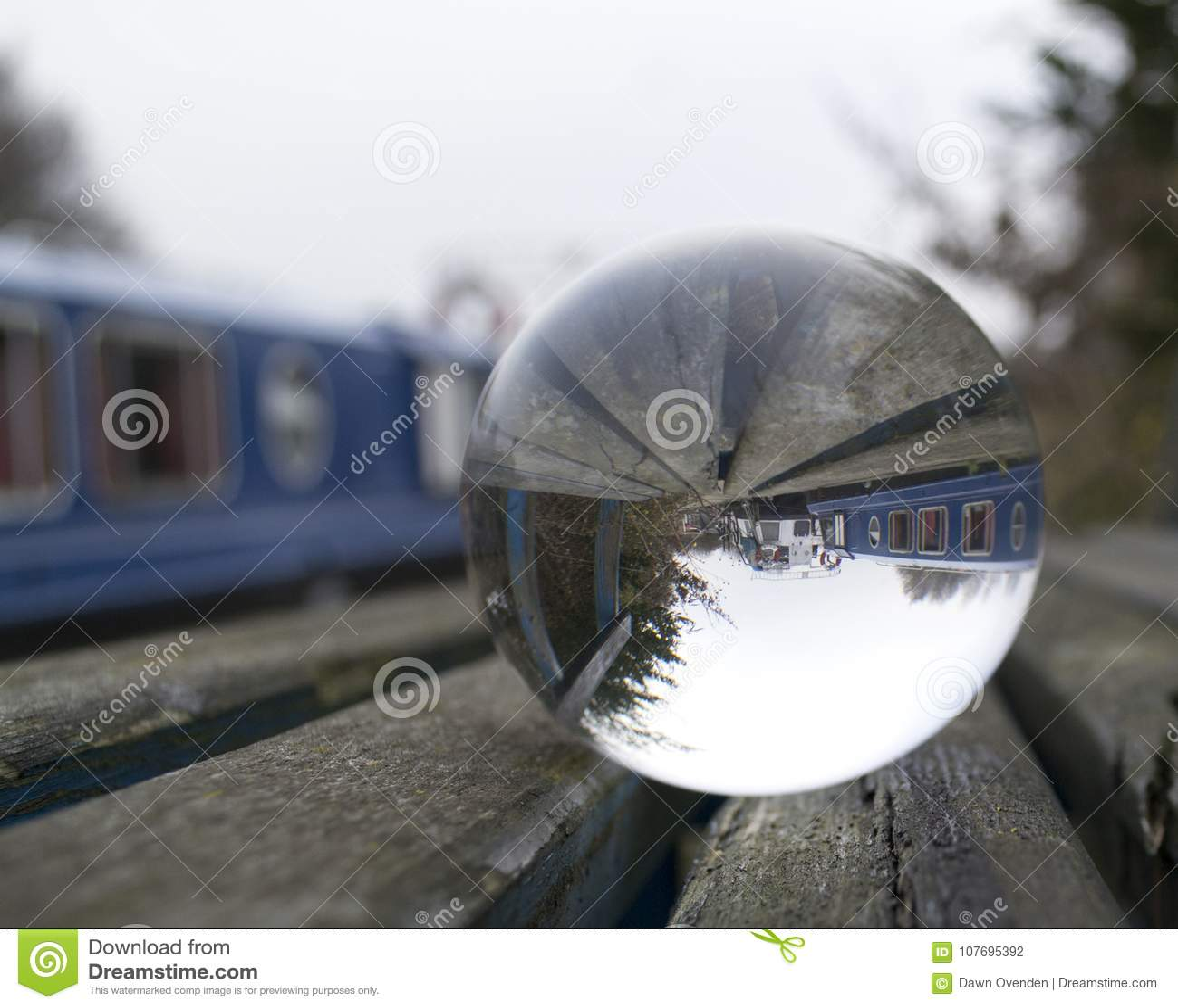 Barcos de canal tomados a través de una esfera de cristal