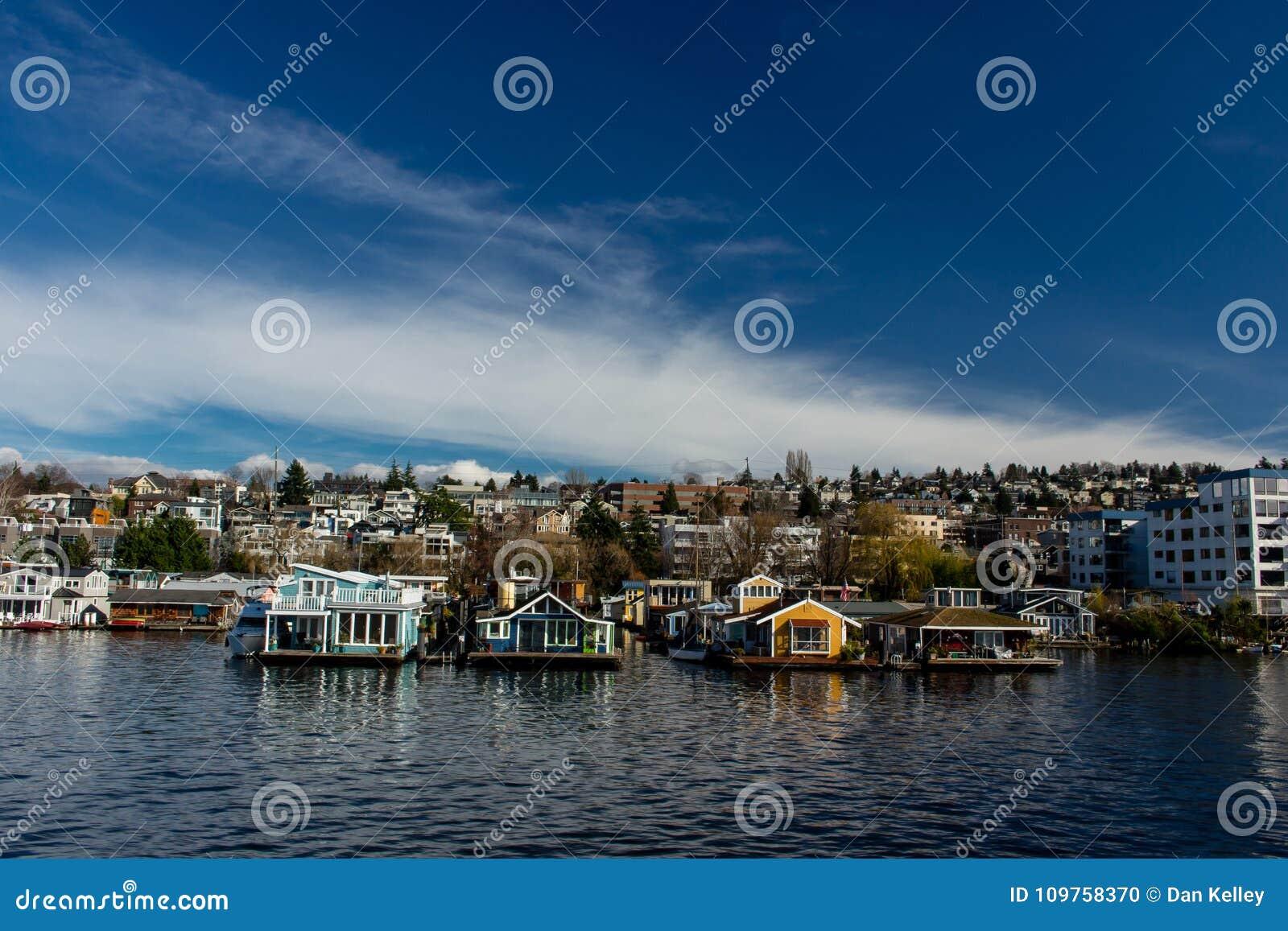 Barcos de casa na união Seattle do lago, Washington