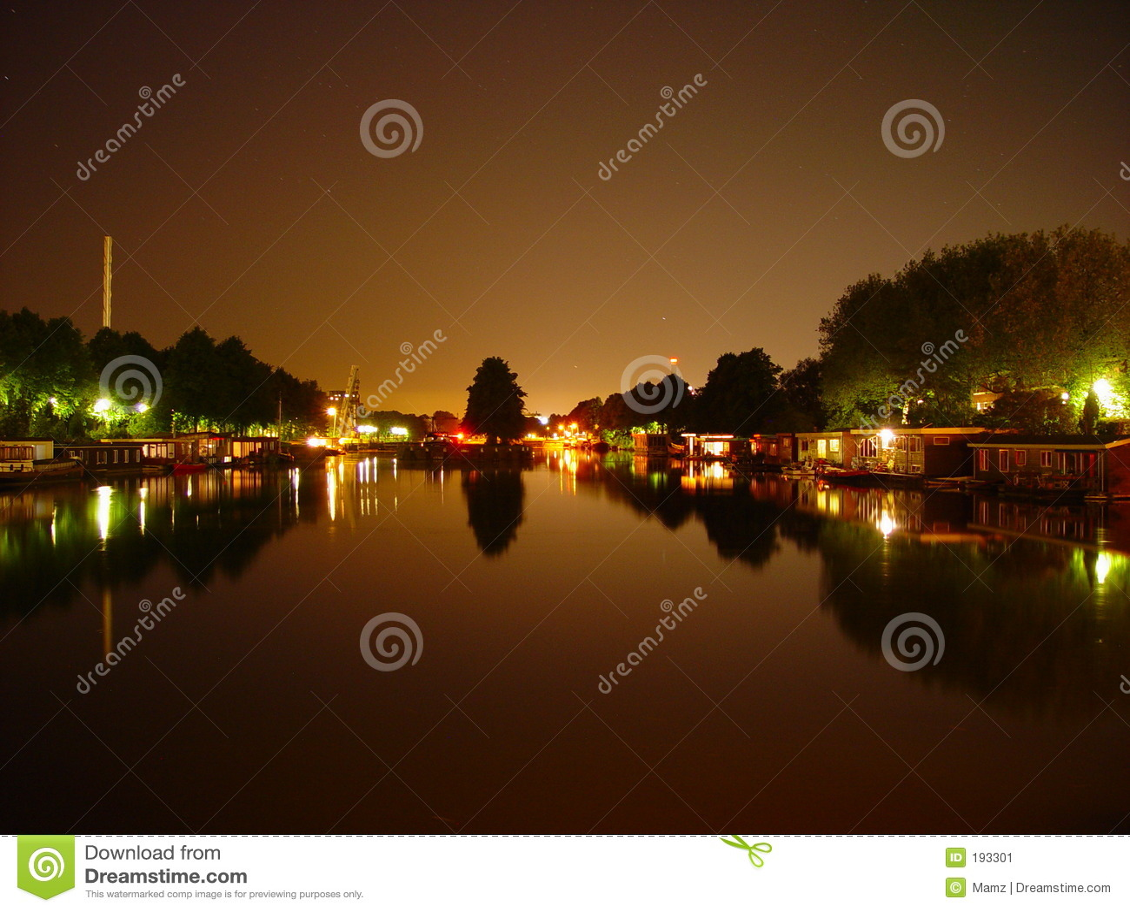 Barcos de casa por noche
