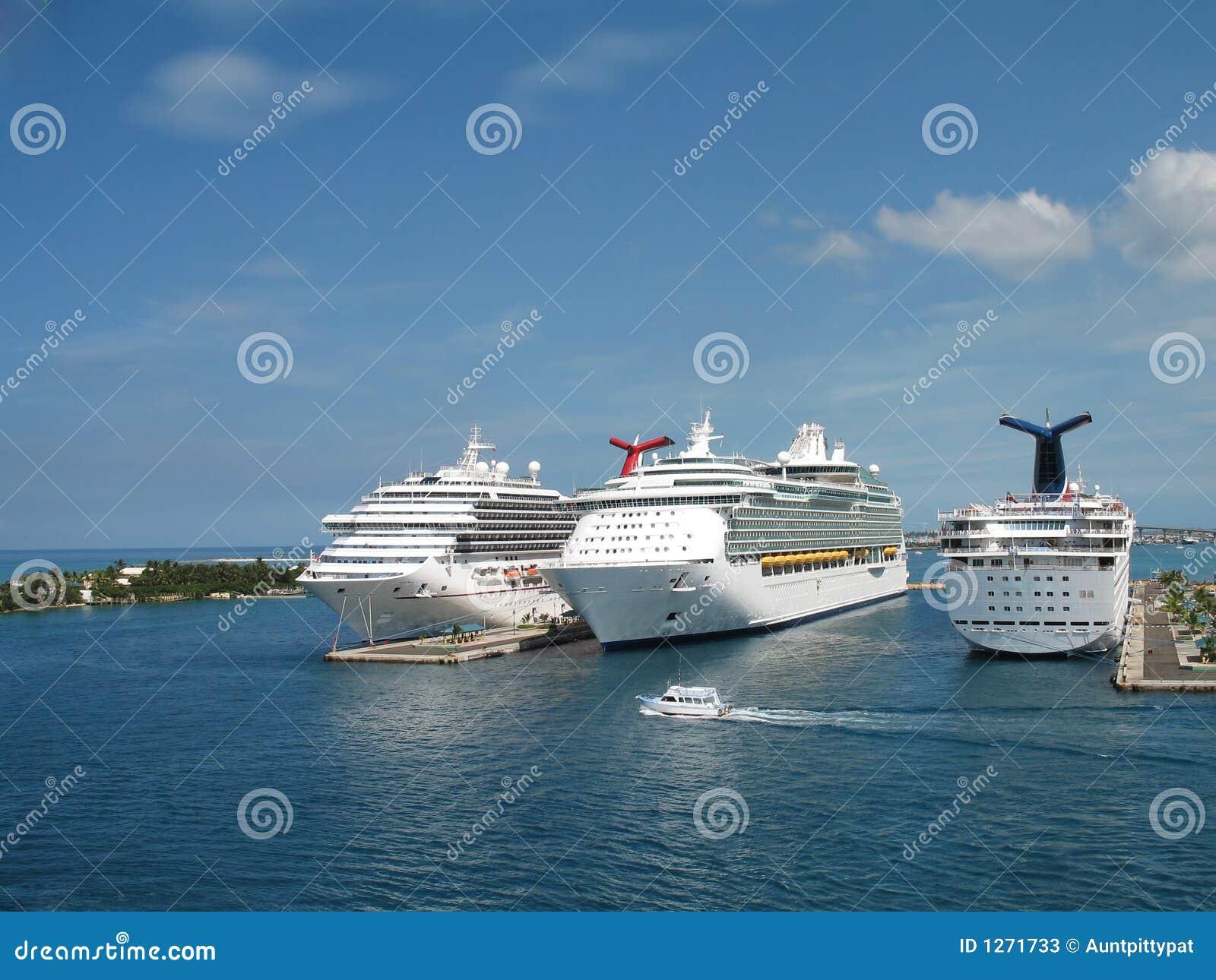 Barcos de cruceros en acceso
