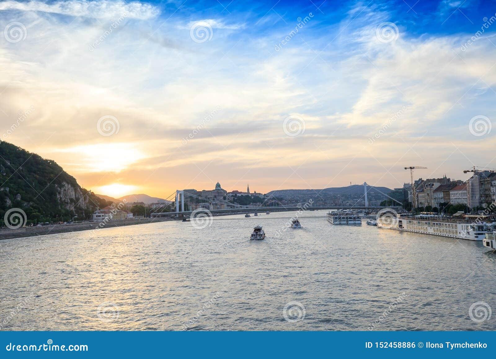 Barcos de cruceros en el río Danubio en la puesta del sol en Budapest, Hungría