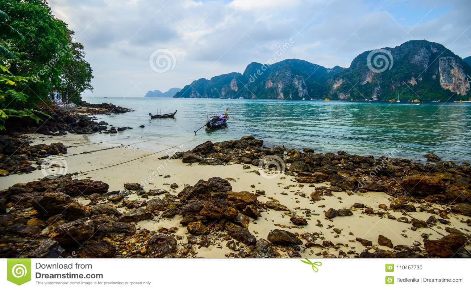 Barcos de la cola larga, playa tropical, mar de Andaman, Tailandia