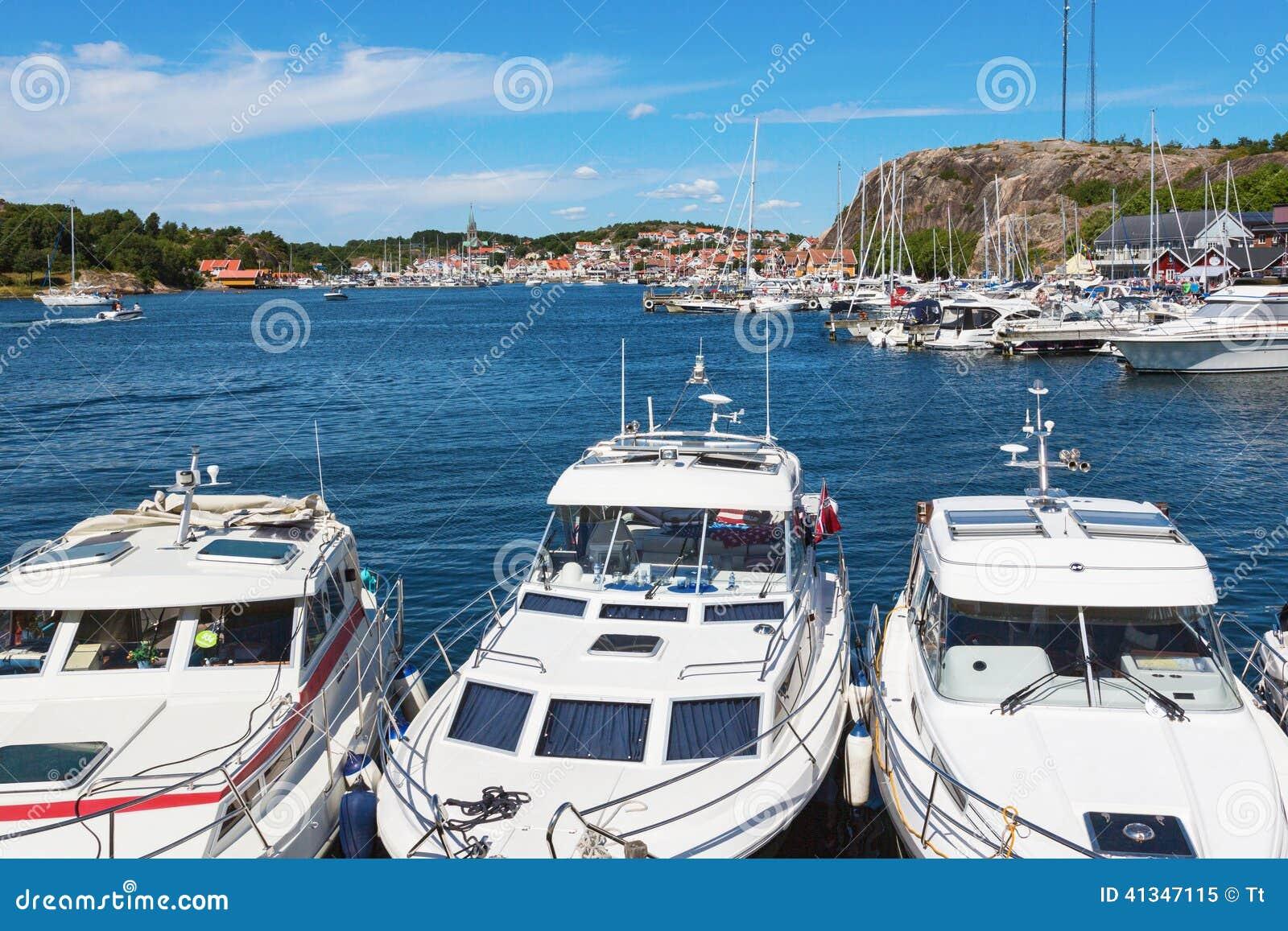 Barcos de motor en un puerto deportivo
