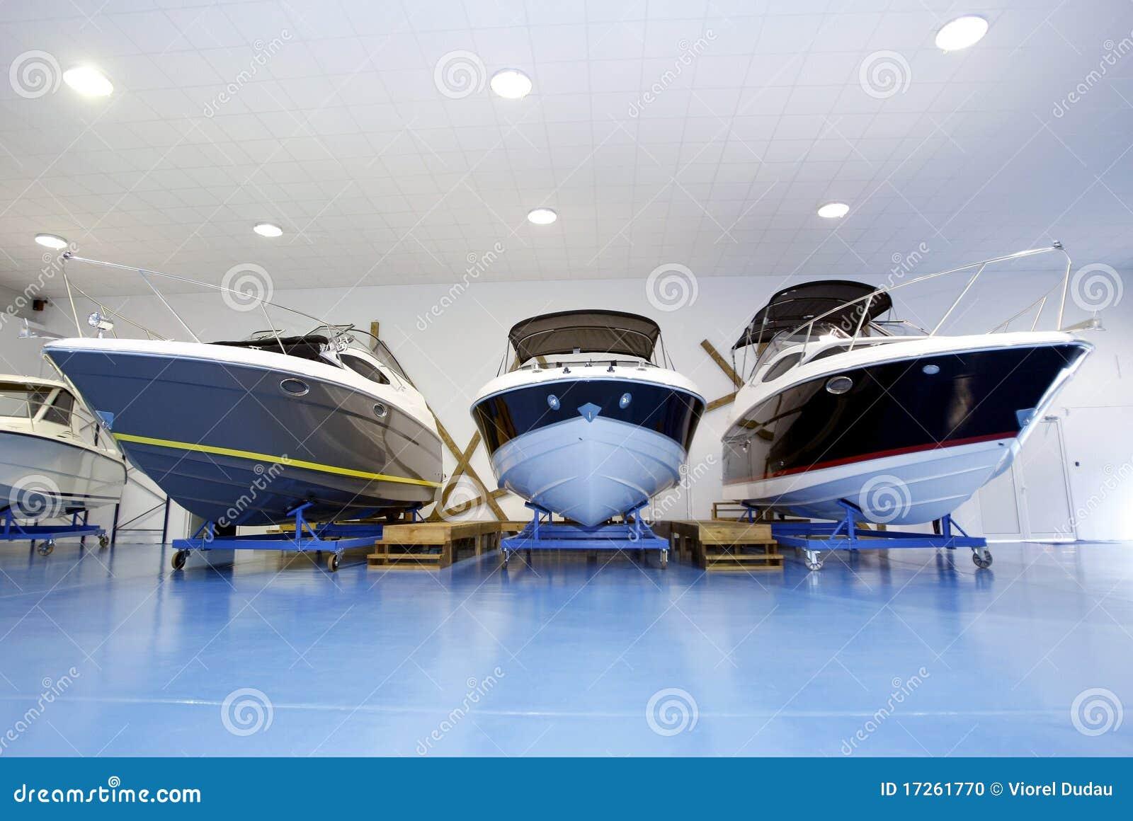 Barcos de motor na sala de exposições ou na garagem
