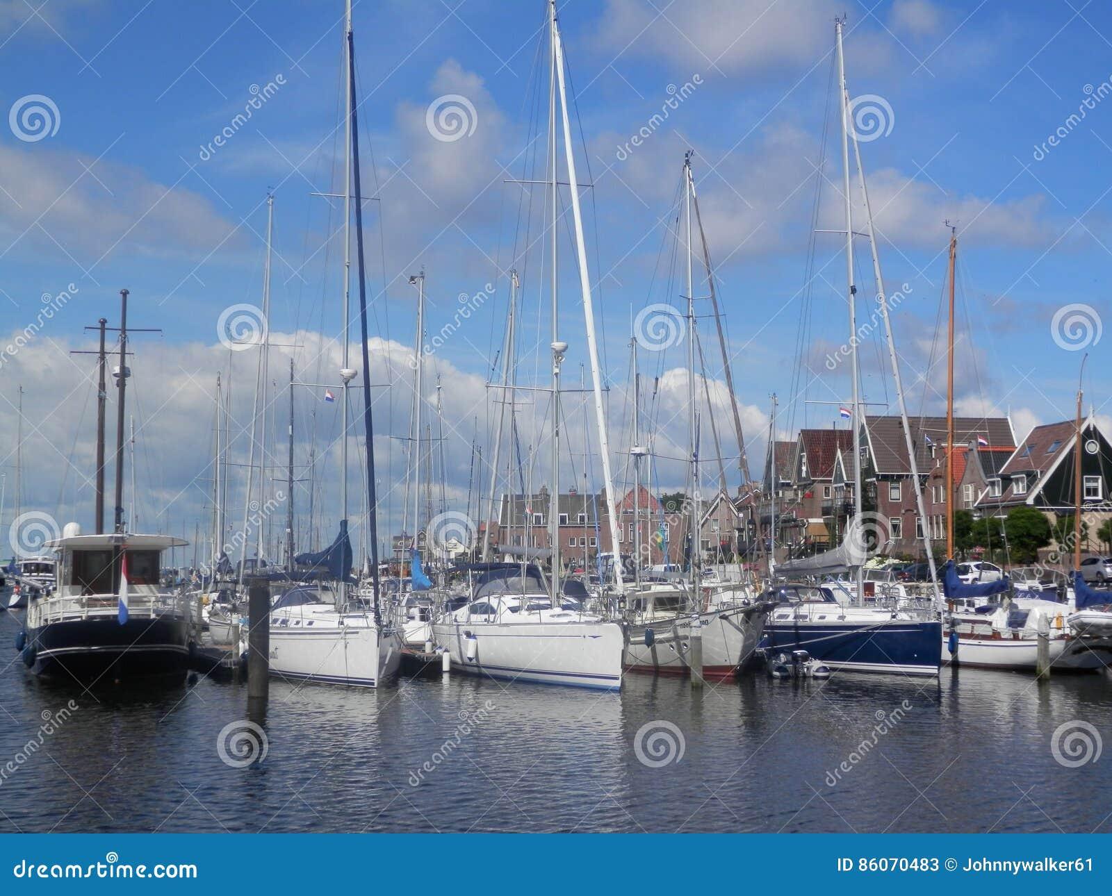 Barcos de navigação amarrados