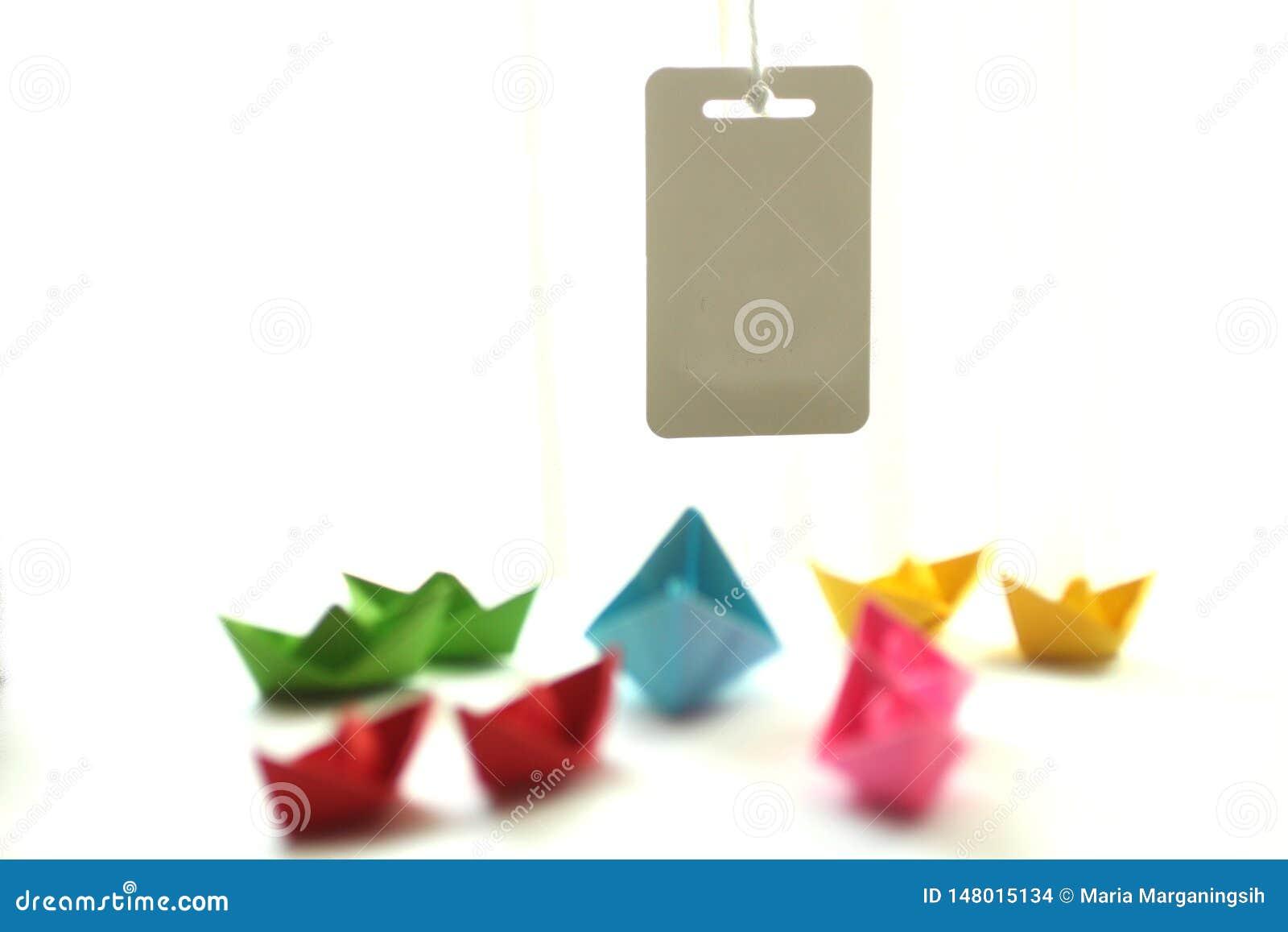 Barcos de papel Navios de papel coloridos do origâmi com memorando da etiqueta ou projeto vazio do texto