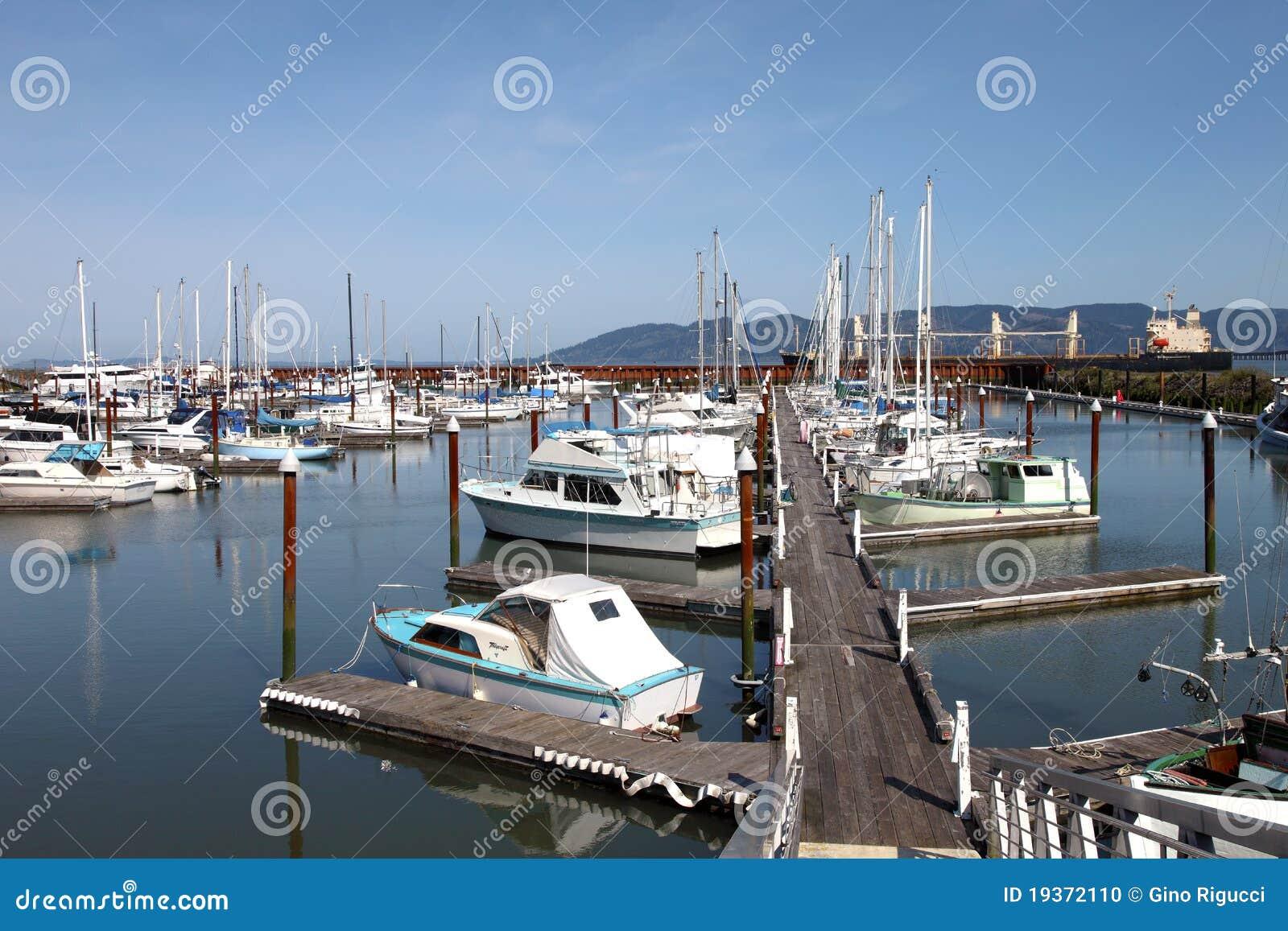 Barcos de pesca & iate pequenos em um porto.
