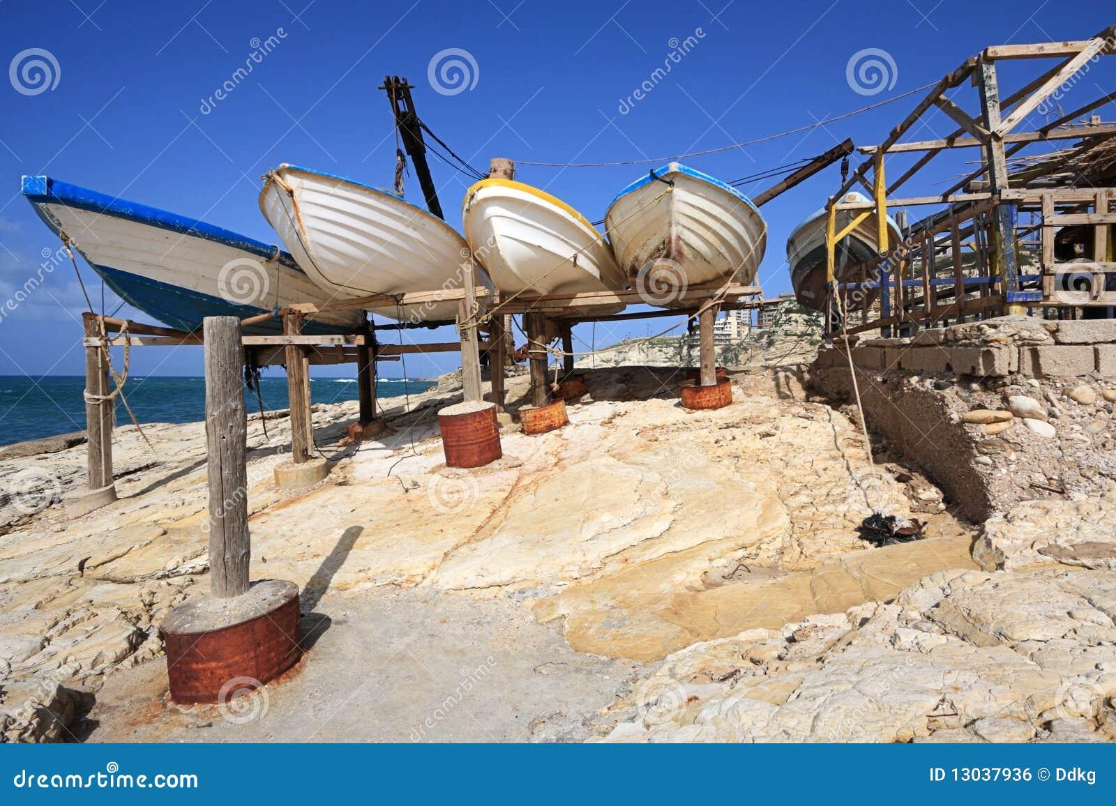 Baños Romanos Beirut:Barcos de pesca dry-docked tradicionais na costa rochosa de Beirute