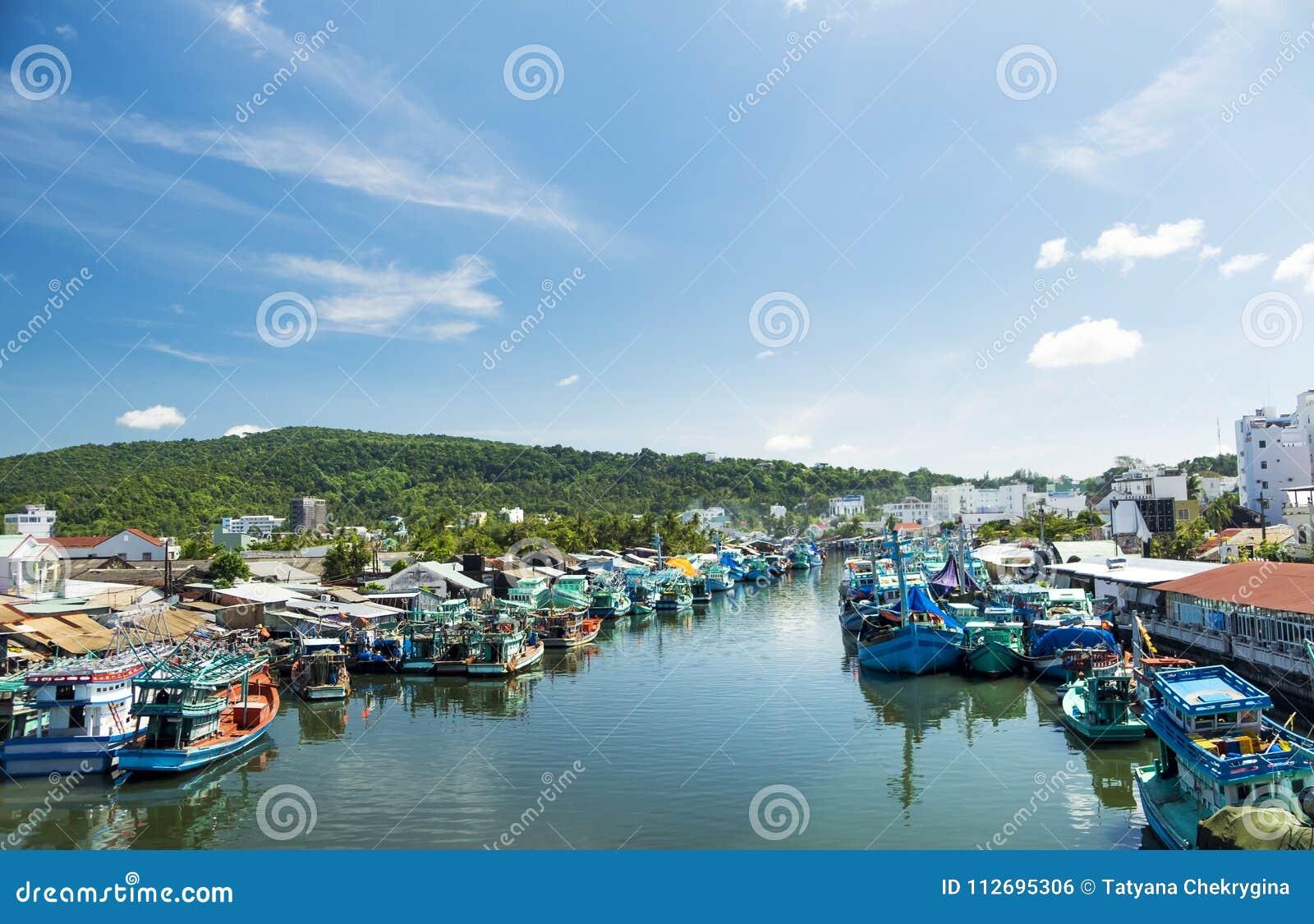 Barcos de pesca coloridos em um porto Ilha de Phu Quoc, Vietname