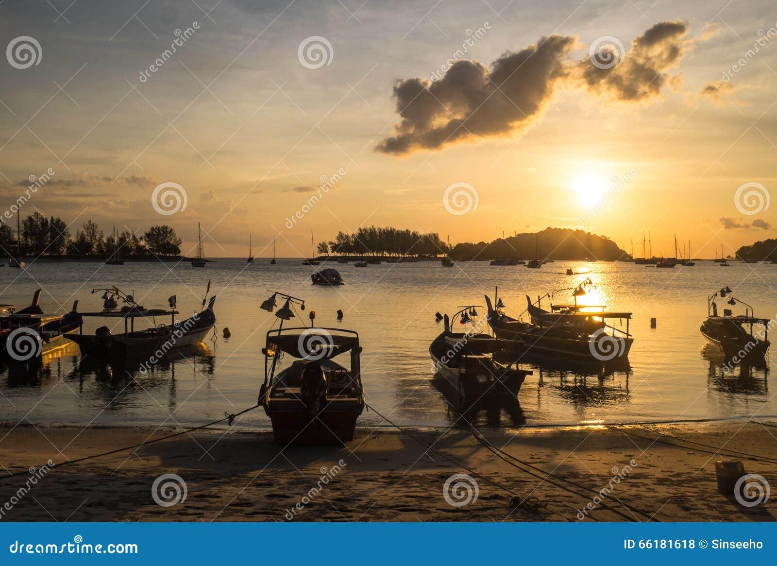 Barcos de pesca em uma praia