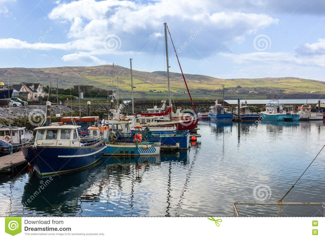 Barcos de pesca en el puerto dingle irlanda