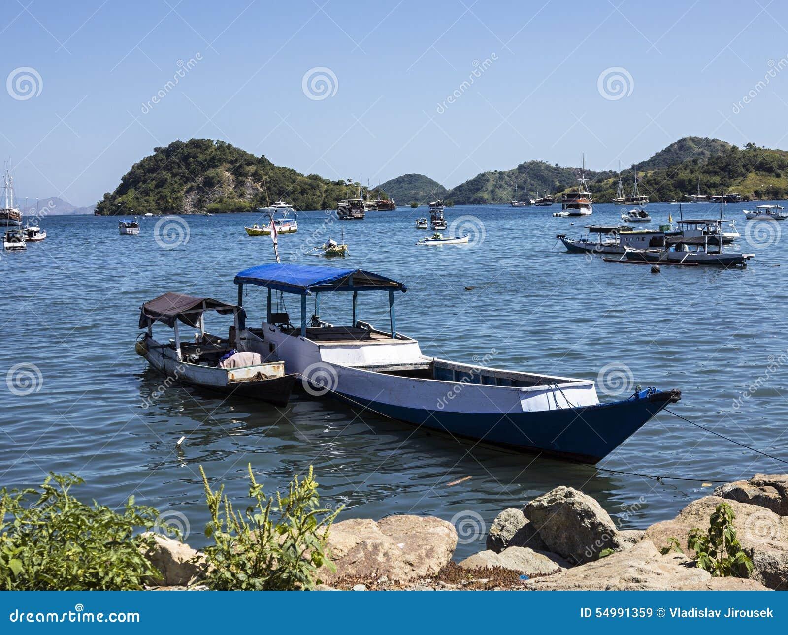 Barcos de pesca en el puerto, Labuan Bayo, Indonesia