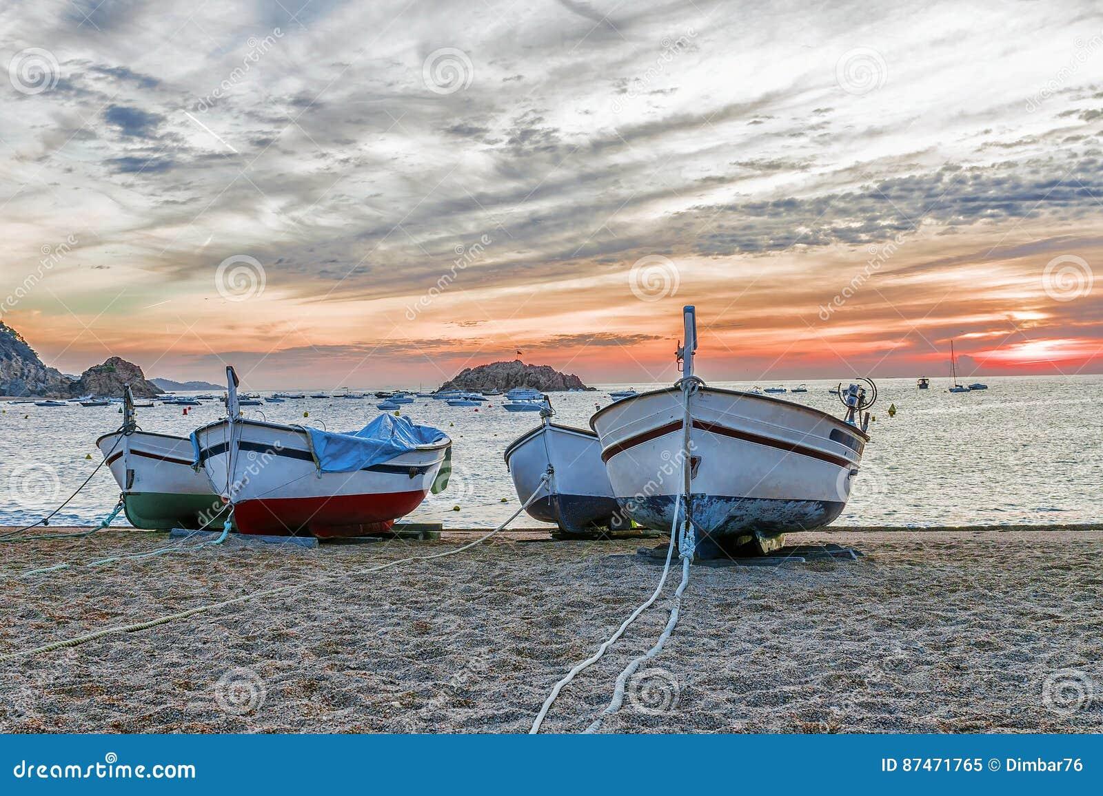 Barcos de pesca en la playa en Tossa de Mar, España