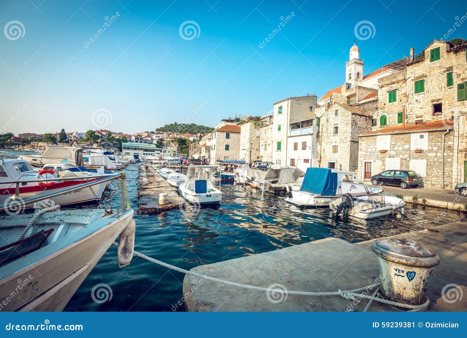 Download Barcos De Pesca En Pequeño Puerto En Sibenik, Croacia Foto editorial - Imagen de adriático, viejo: 59239381