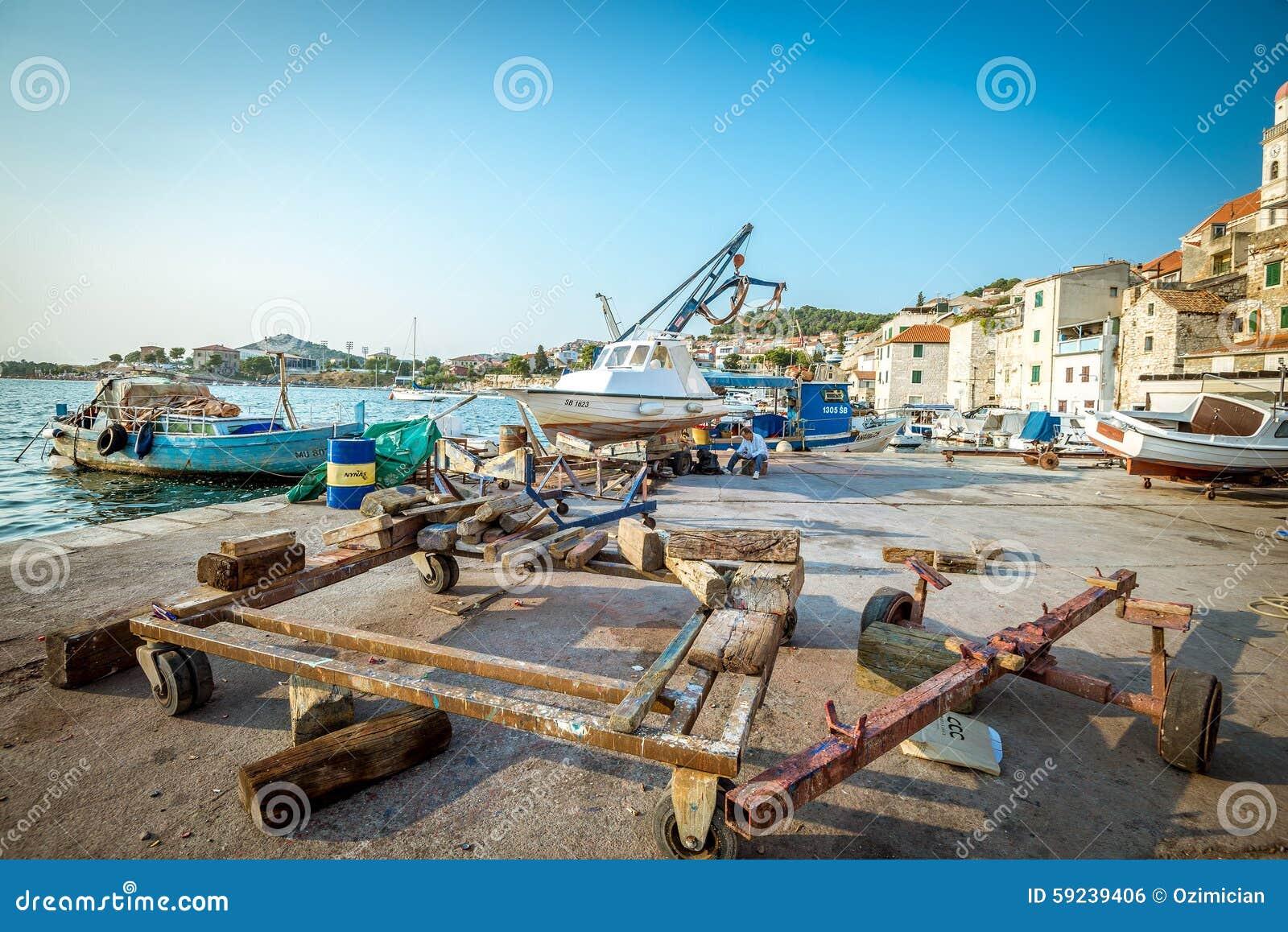 Download Barcos De Pesca En Pequeño Puerto En Sibenik, Croacia Foto editorial - Imagen de travesía, dalmatia: 59239406