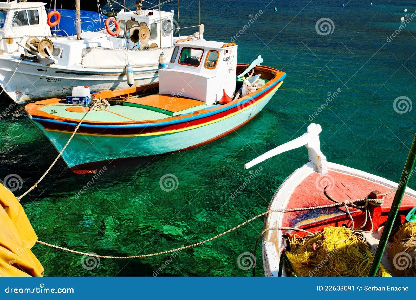 Barcos de pesca gregos coloridos