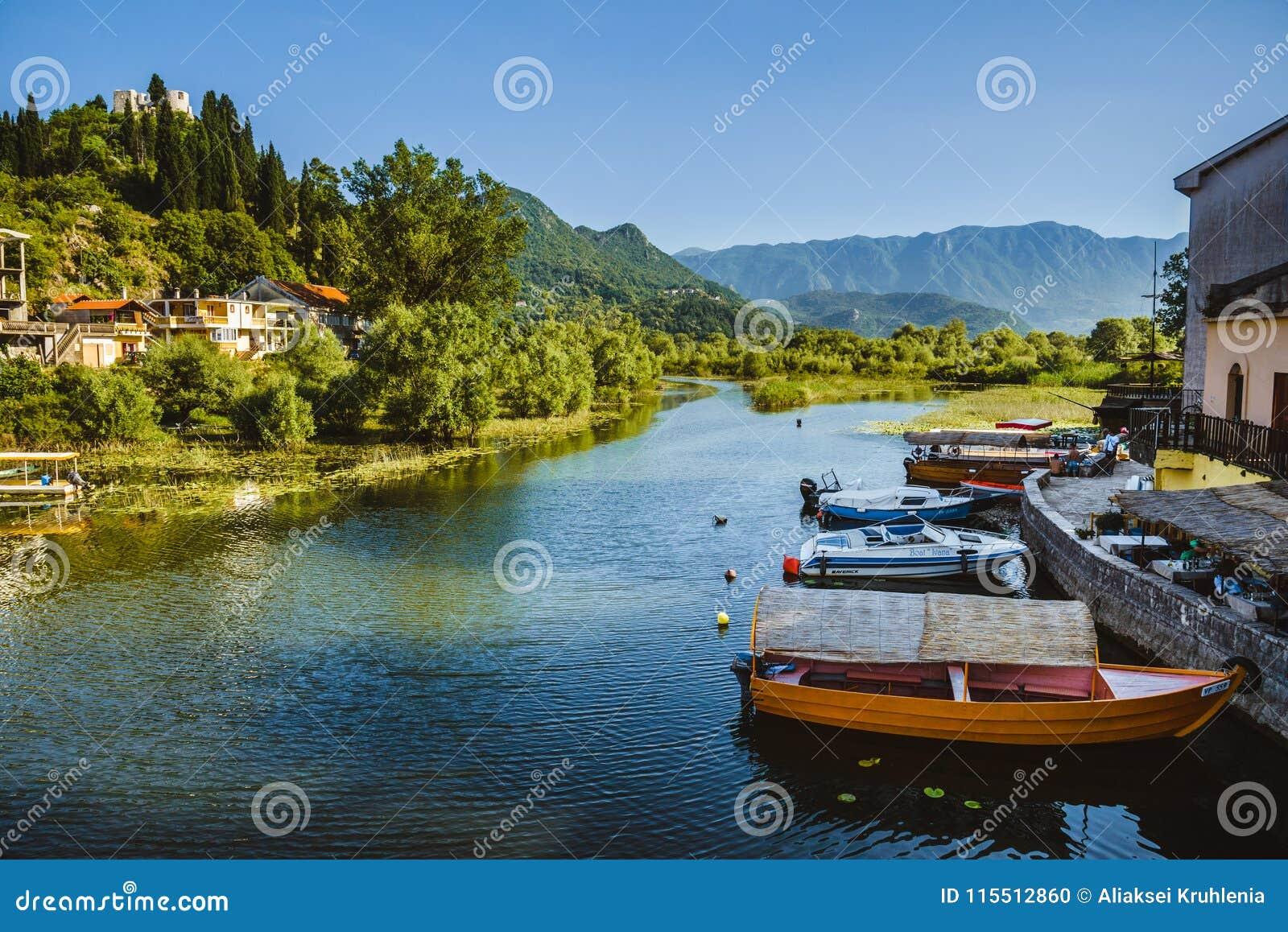 Barcos de pesca no lago Skadarsko, Montenegro