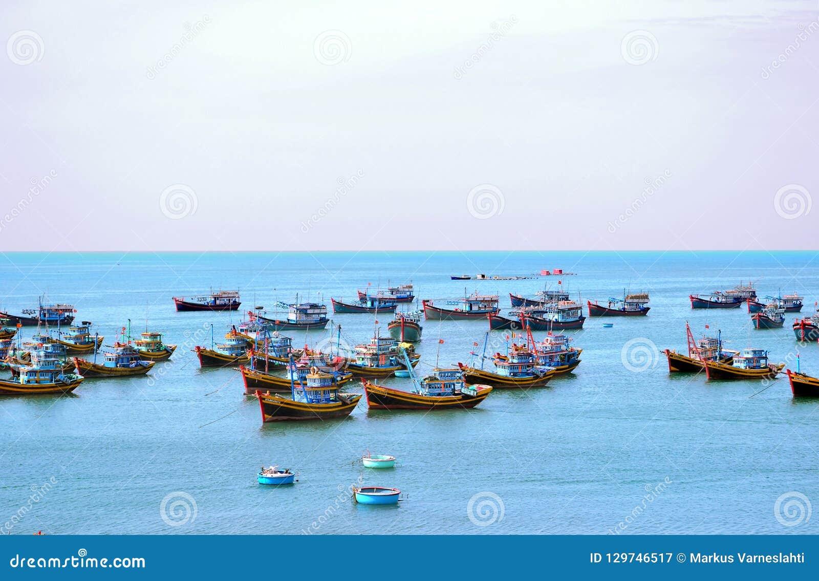 Barcos de pesca no mar na manhã