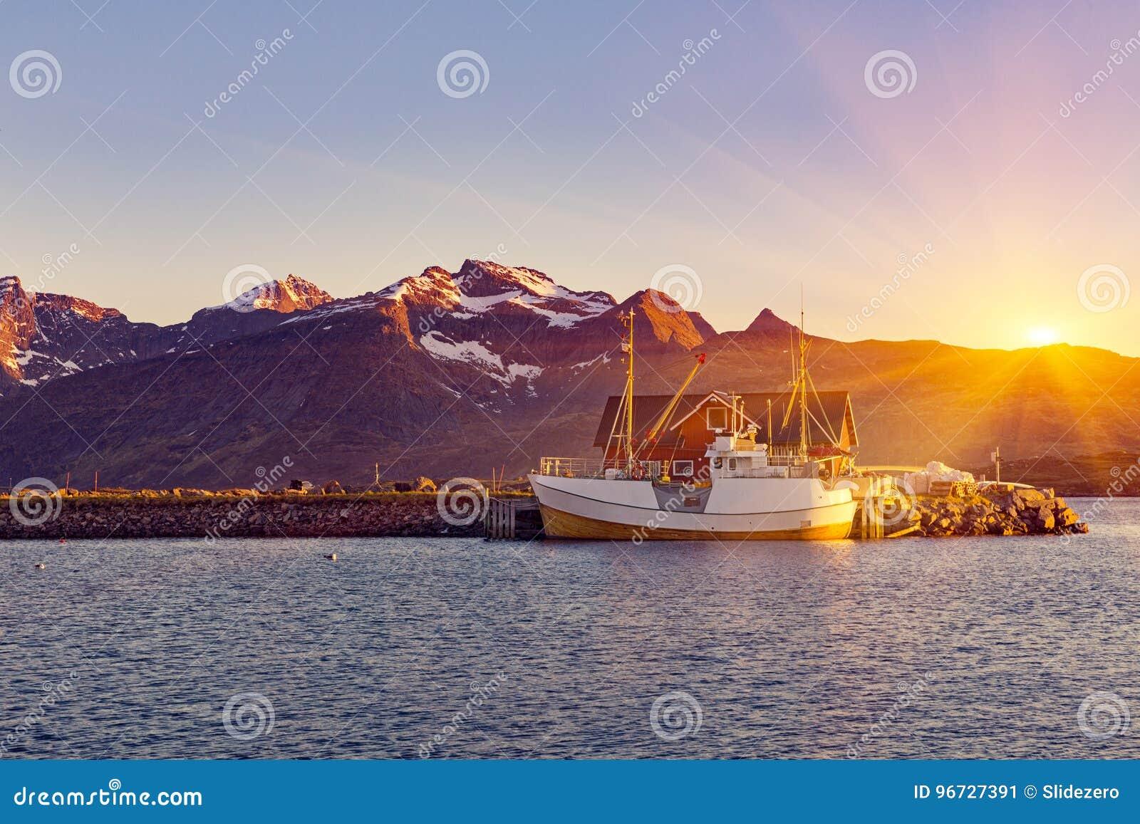 Barcos de pesca no porto no sol da meia-noite em Noruega do norte, Lofo
