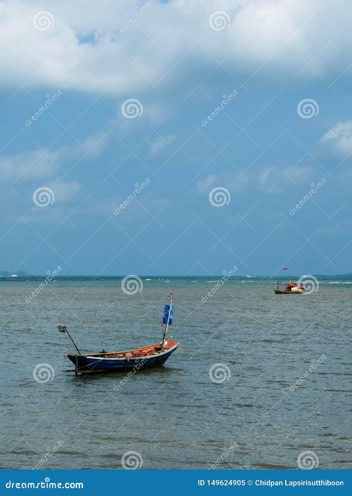 Barcos de pesca pequenos dos pescadores estacionados na praia