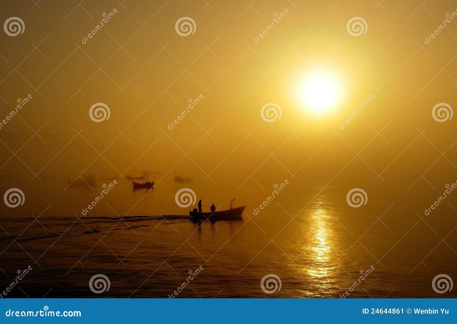 Barcos de pesca, puesta del sol