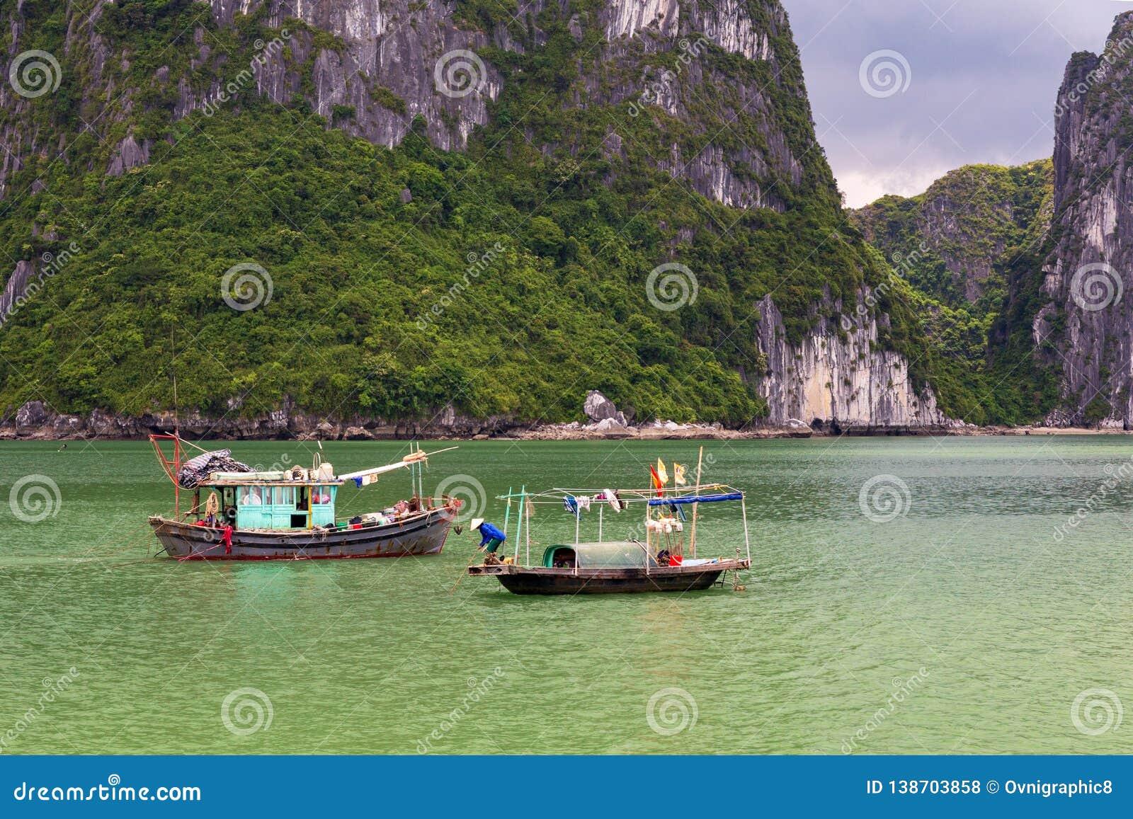 Barcos de pesca tradicionais da baía de Halong, herança natural do mundo do UNESCO, Vietname