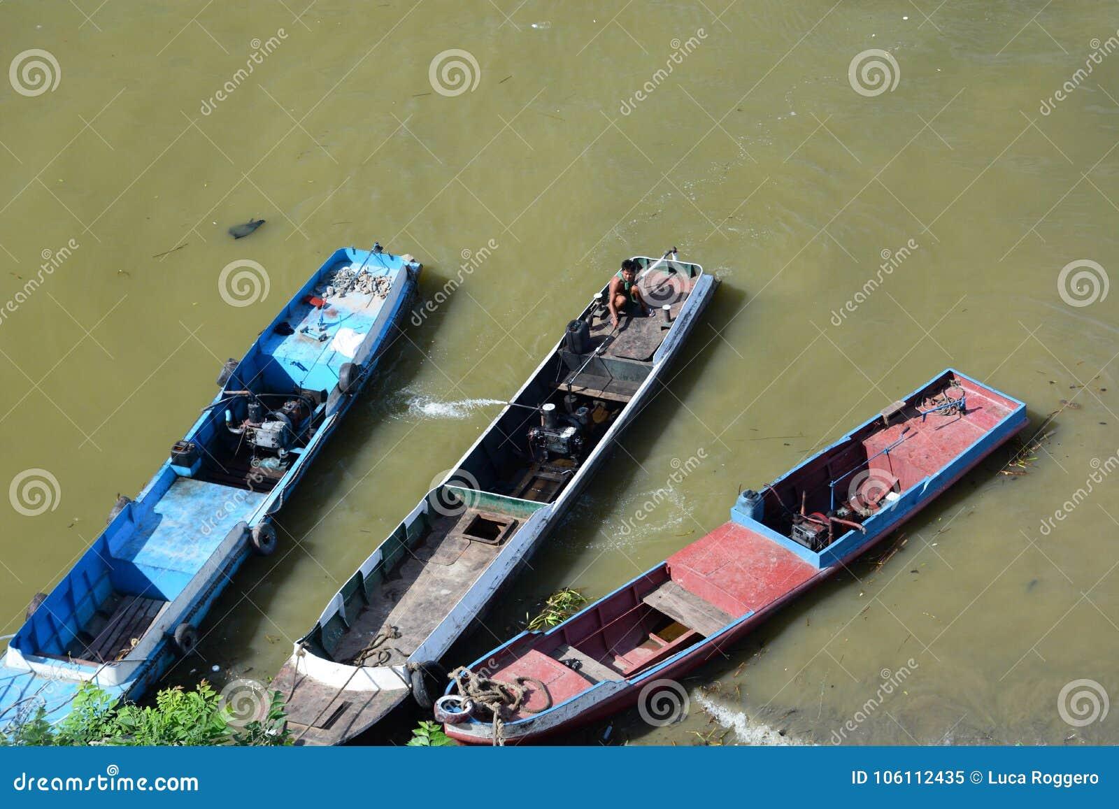 Barcos de pesca tradicionales Río de Irrawaddy mandalay myanmar