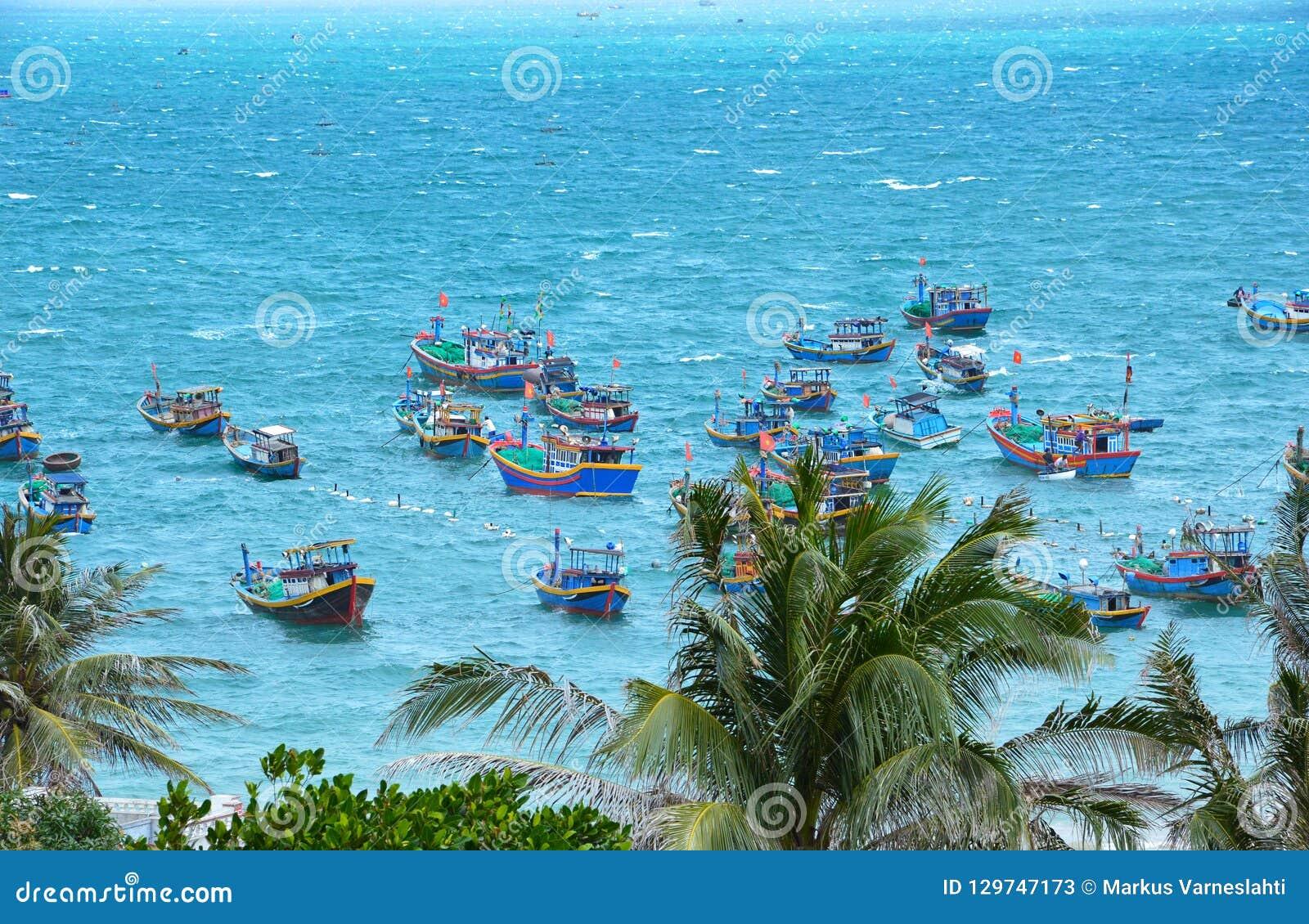 Barcos de pesca vietnamianos no mar