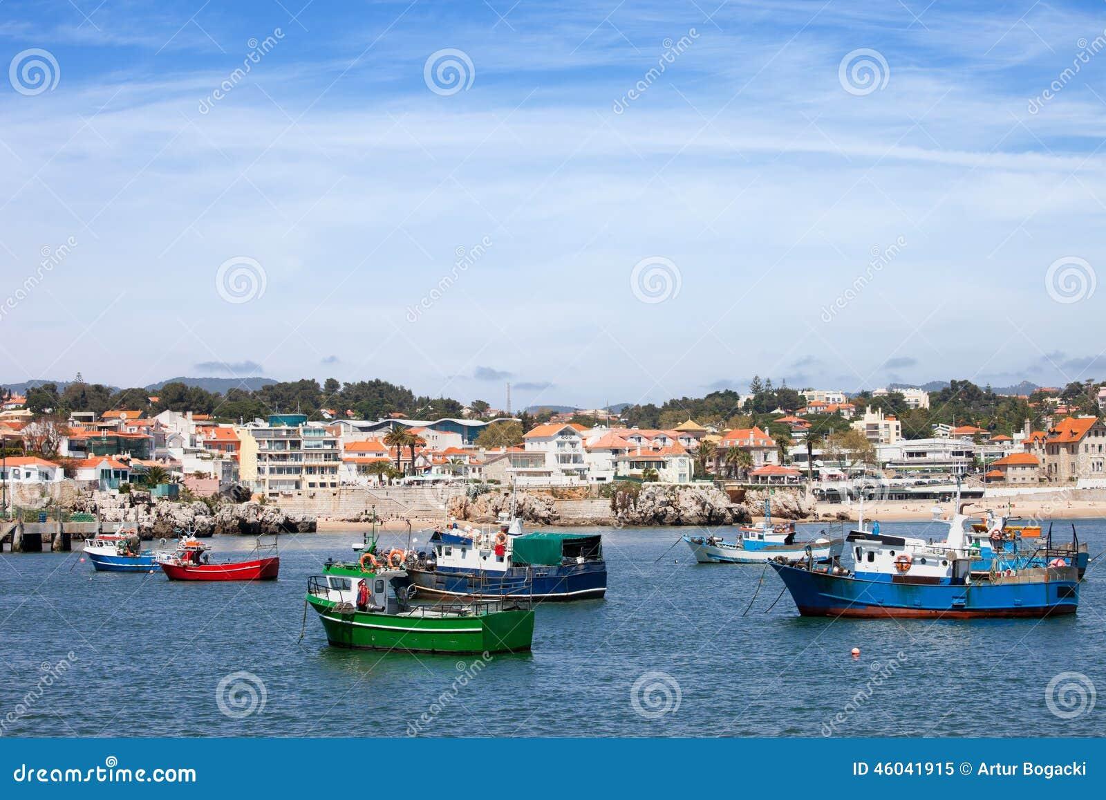 Barcos de pesca y costa costa de Cascais en Portugal