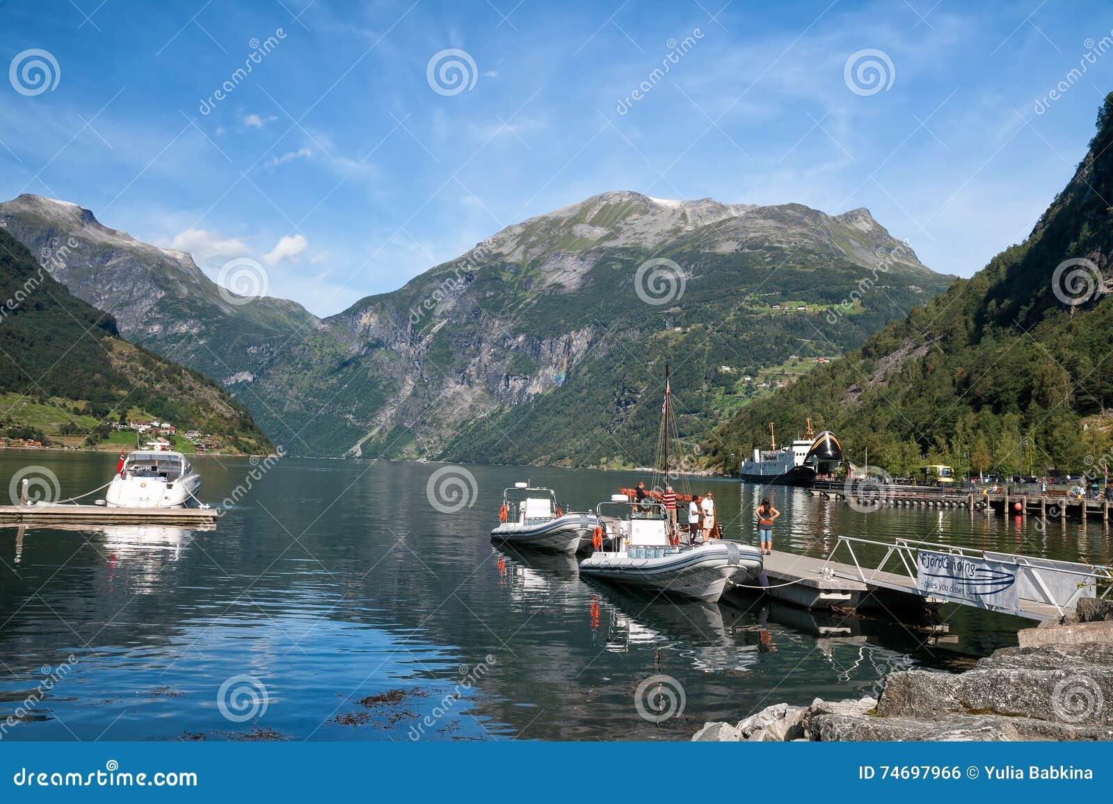 Barcos de placer que amarran en el Geirangerfjord